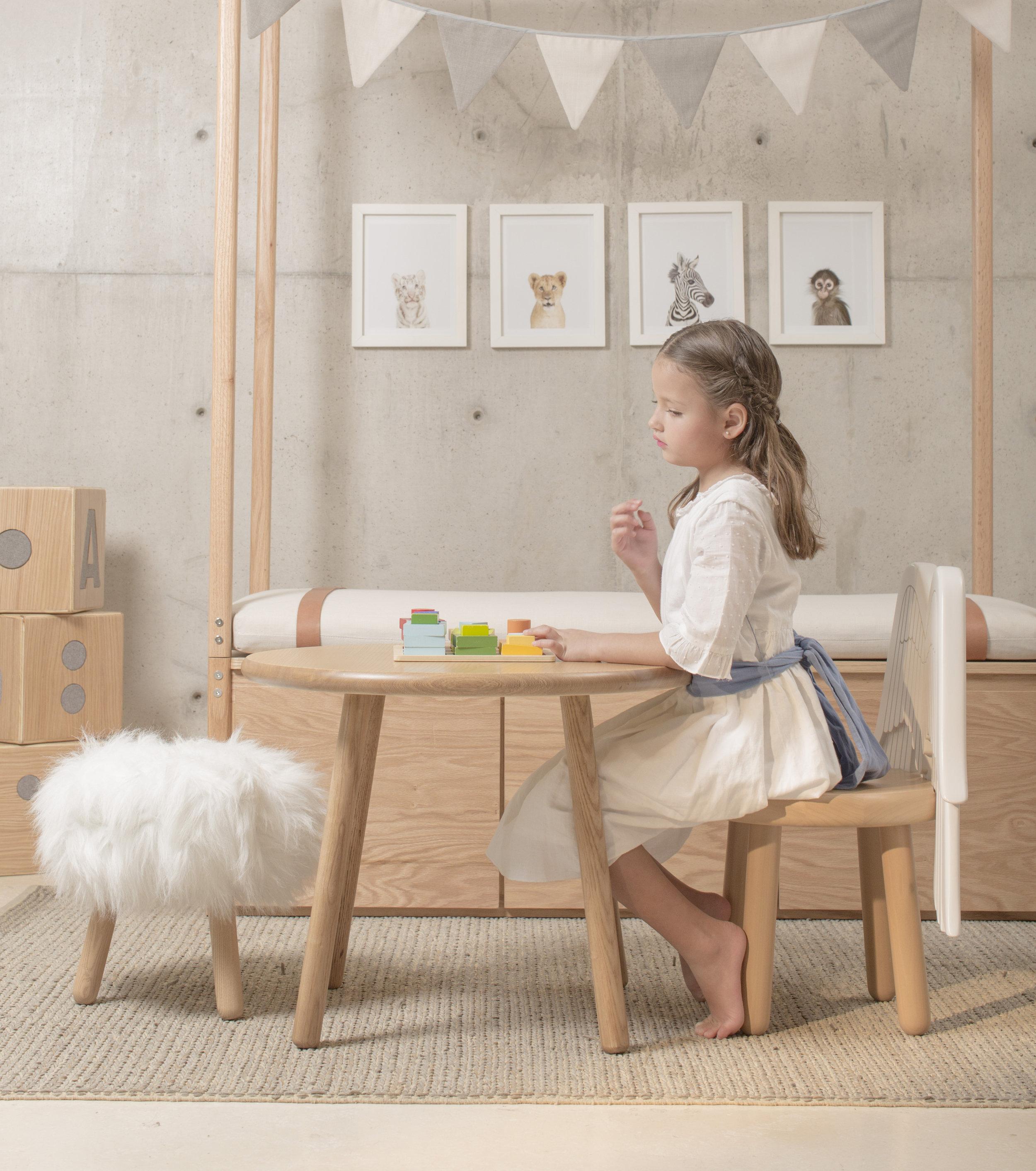 Muebles únicos y adaptables - Nuestra colección de muebles infantiles está compuesta por cunas, camas infantiles, moisés, cambiadores y más piezas que se convierten en iconos esenciales en el cuarto de nuestros niños. Cada artículo está hecho de maderas certificadas, conservando líneas y texturas orgánicas que ayudan a nuestros hijos a descubrir el mundo.