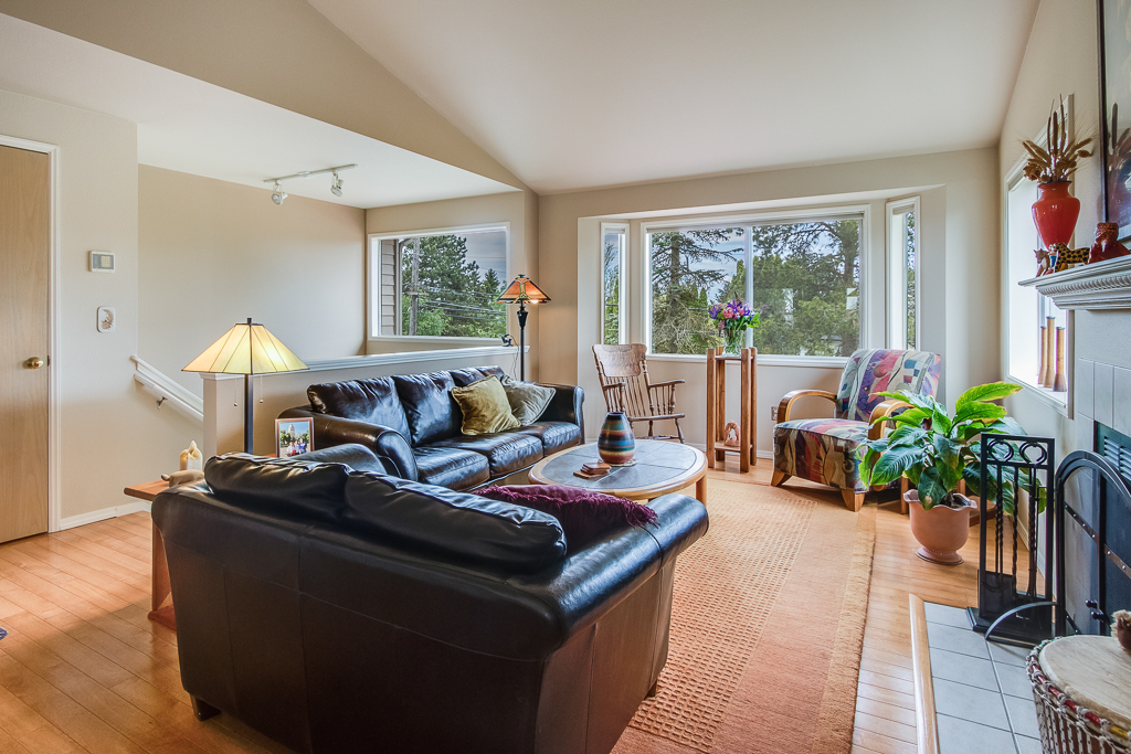 livingroom1-8213-MLS.jpg