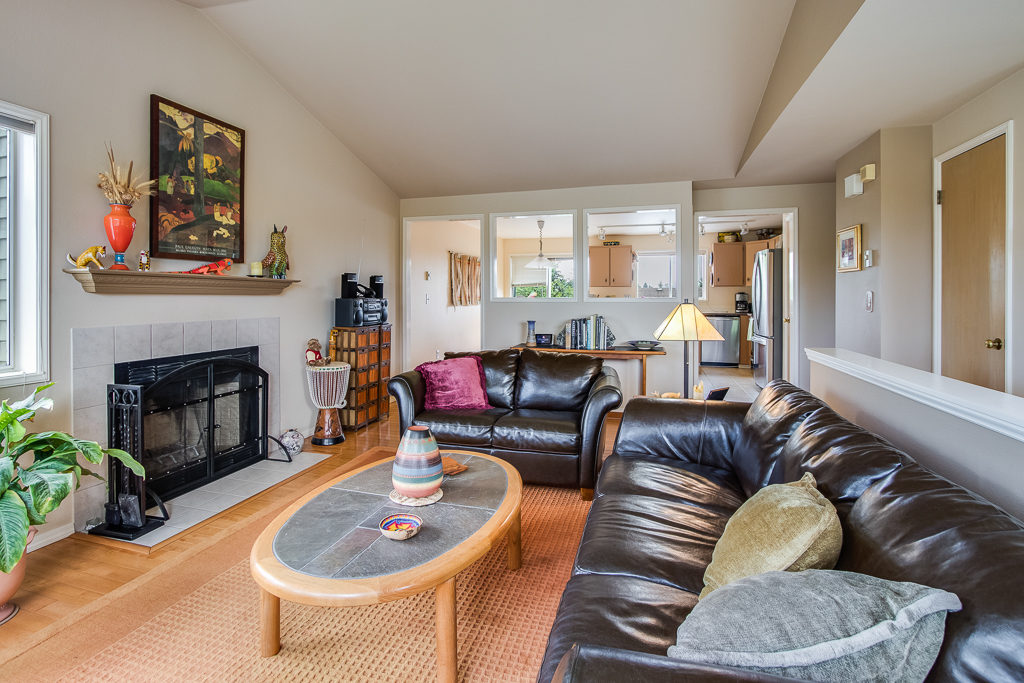 livingroom2-8228-MLS.jpg