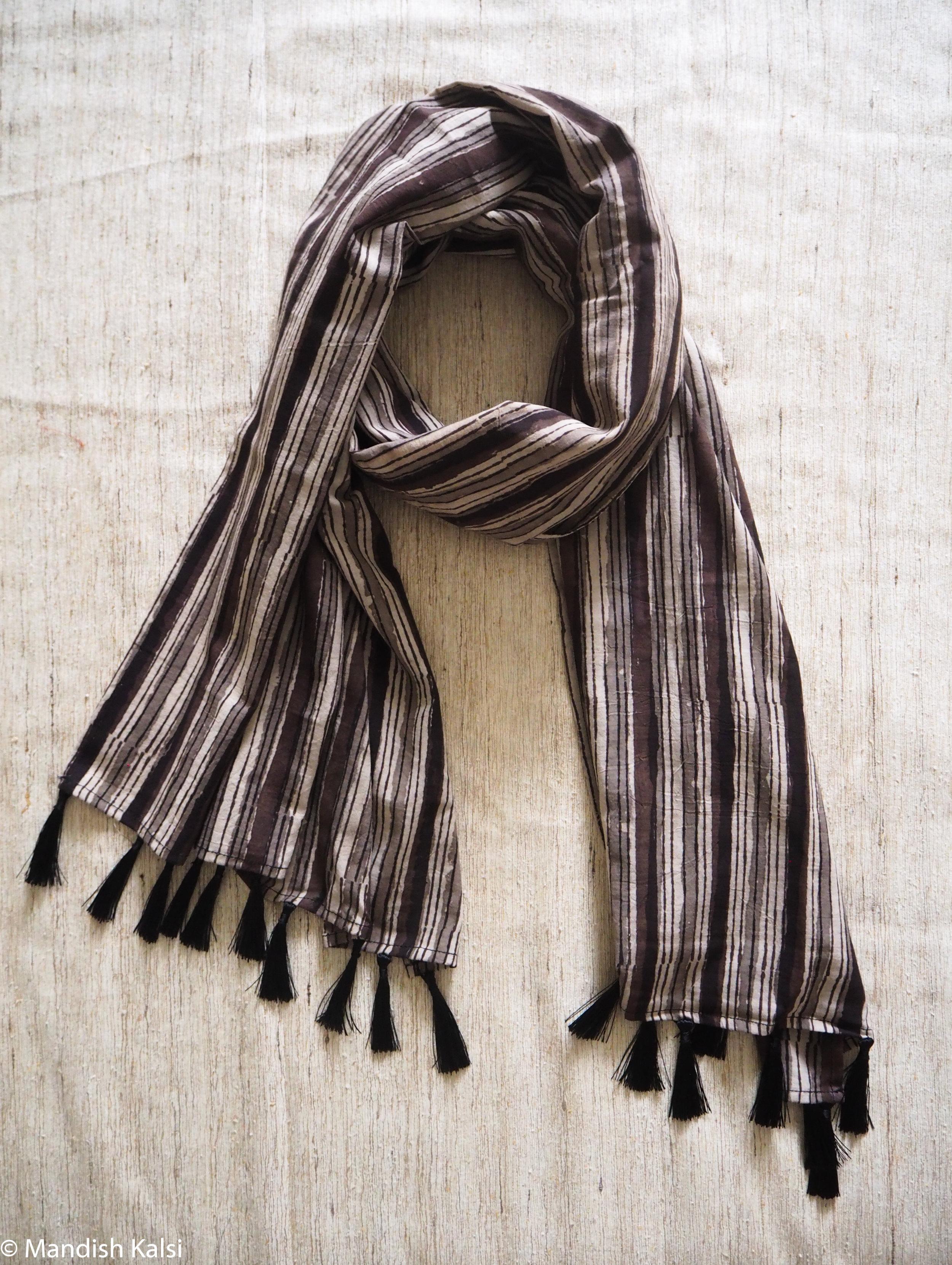Layered monotone stripe print - Medium scarf with tassels