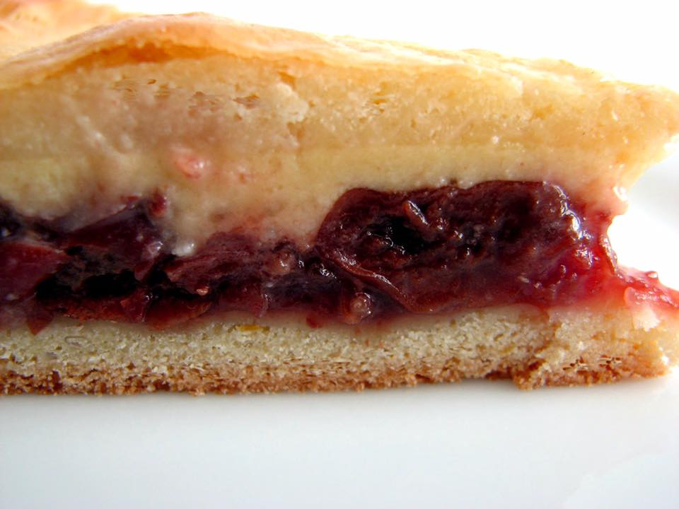 The simplest things are often the best, aren't they? The Basque cake confirms it: a pastry, pastry cream ... and we are immediately on cloud nine! If those with cream are the most traditional, there are also some filled with black cherry jam which, in passing, is another flagship product of the Basque Country. To know everything about this little cake, go to Sare: this adorable village in the hinterland has dedicated a museum to it. -