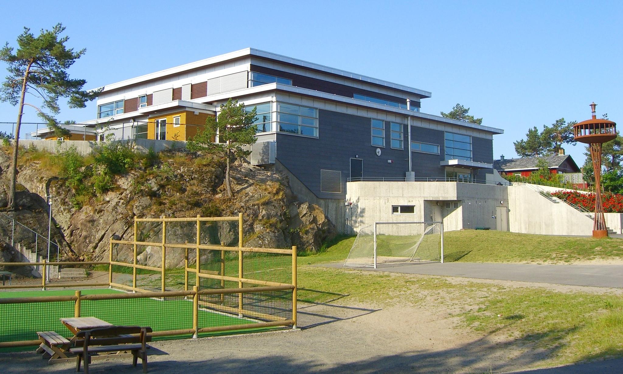 Skolen omfattet også ca 4000 m2 parkeringsanlegg og utomhusarealer.