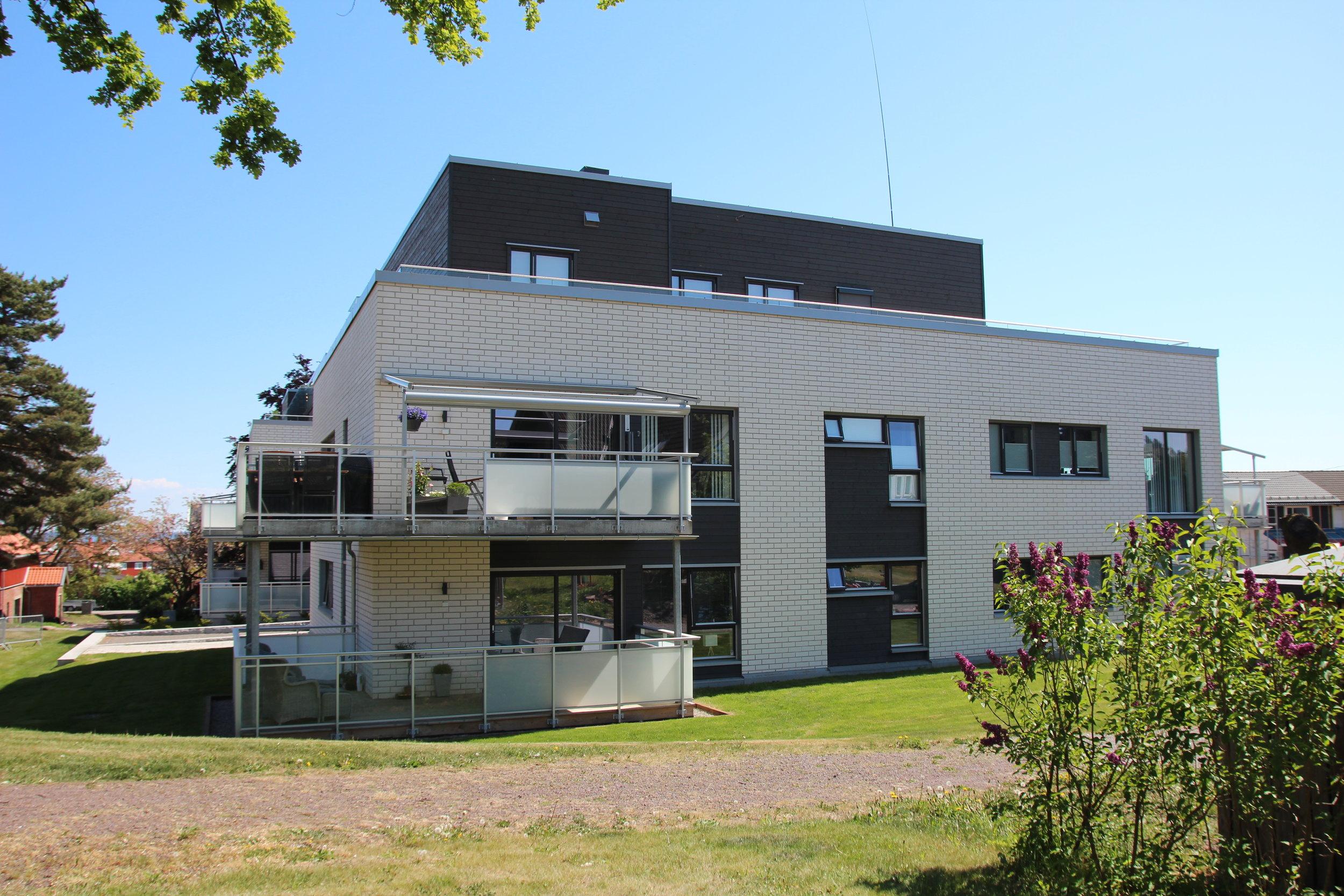 - Tomta ligger attraktivt til med en fantastisk utsikt over Oslofjorden. Prosjektet består av to leilighetsbygg med ett felles trappehus, og broer som forbindelsesledd. Bebyggelsen er oppdelt for å gi flest mulig tilgang til både kveldssol og utsikt. Det har 17 leiligheter.