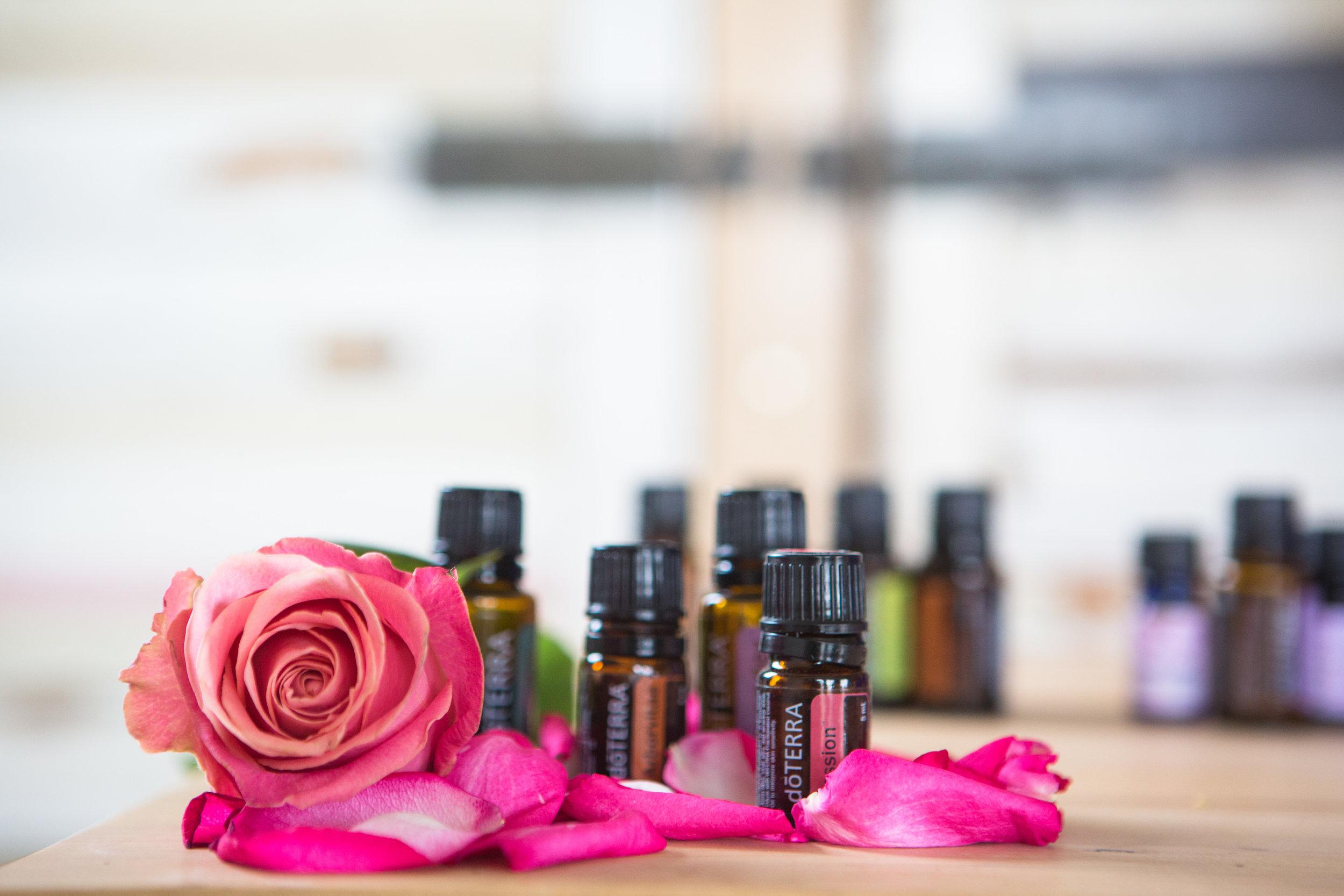 De basis van de Sacred Breast oil zijn 5 soorten rozenolie van Avaroma. De Sandelwood, Frankincense, Geranium, Lavendel, Copaiba, Arbo Vitea e.a. zijn essentiële oliën van dõTERRA