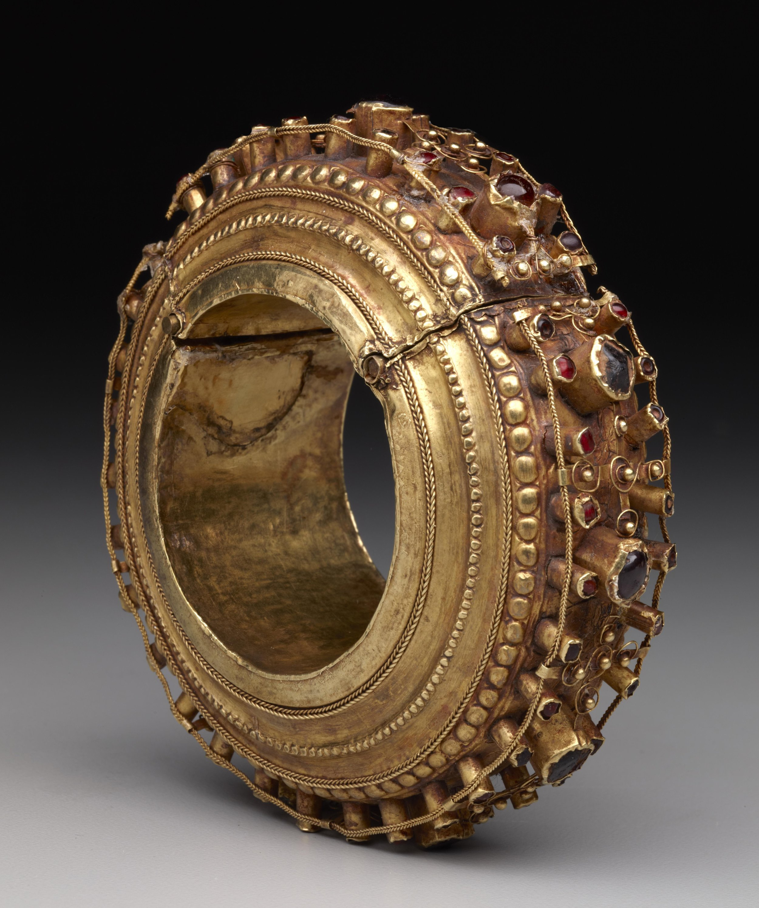 Large Gold Bracelet |  Komba Lola'  © The Dallas Museum of Art | Texas, USA