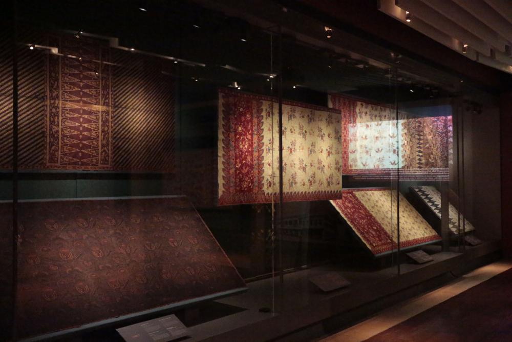 The batik designs from Pekalongan and Garut reflects muticultural societies.