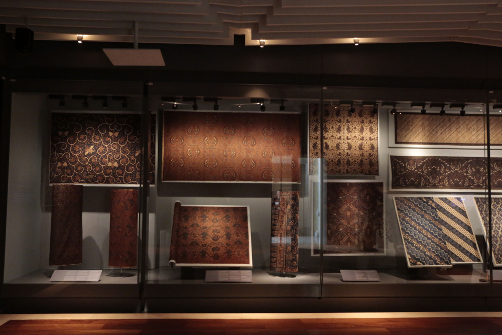 Batiks from Surakarta were characterised by yellow-brown and dark blue.