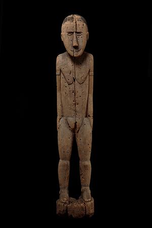 Sculpture depicting an ancestor Oceania. Melanesia. New Guinea. Lake Sentani. Eastern area. Village of Asei. Late 19th century. Wood and pigment, 122×22,5×23 cm Lugano, MUSEC –Brignoni Collection