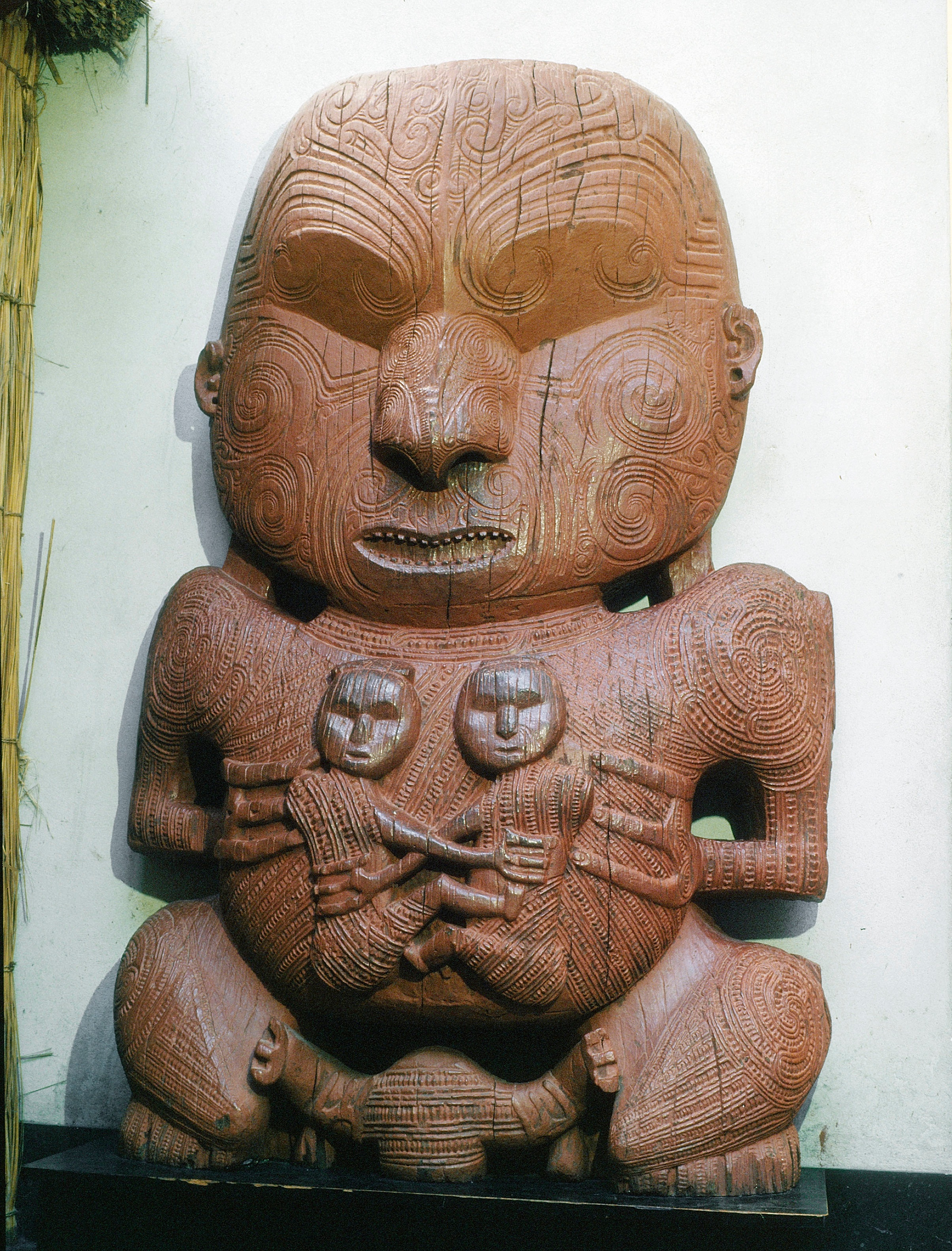 Figure from a village gateway or stockade (pa) at Te Ngae. It represents a chief of the Ngati Whakaue tribe named Pukaki, with his two sons. His facial and body tattoos are in the spiral style typical of the Arawa peoples, Lake Rotorua.   Early 19th century   Inv. #: 55404974 © Werner Forman Archive/ Auckland Institute and Museum, Auckland