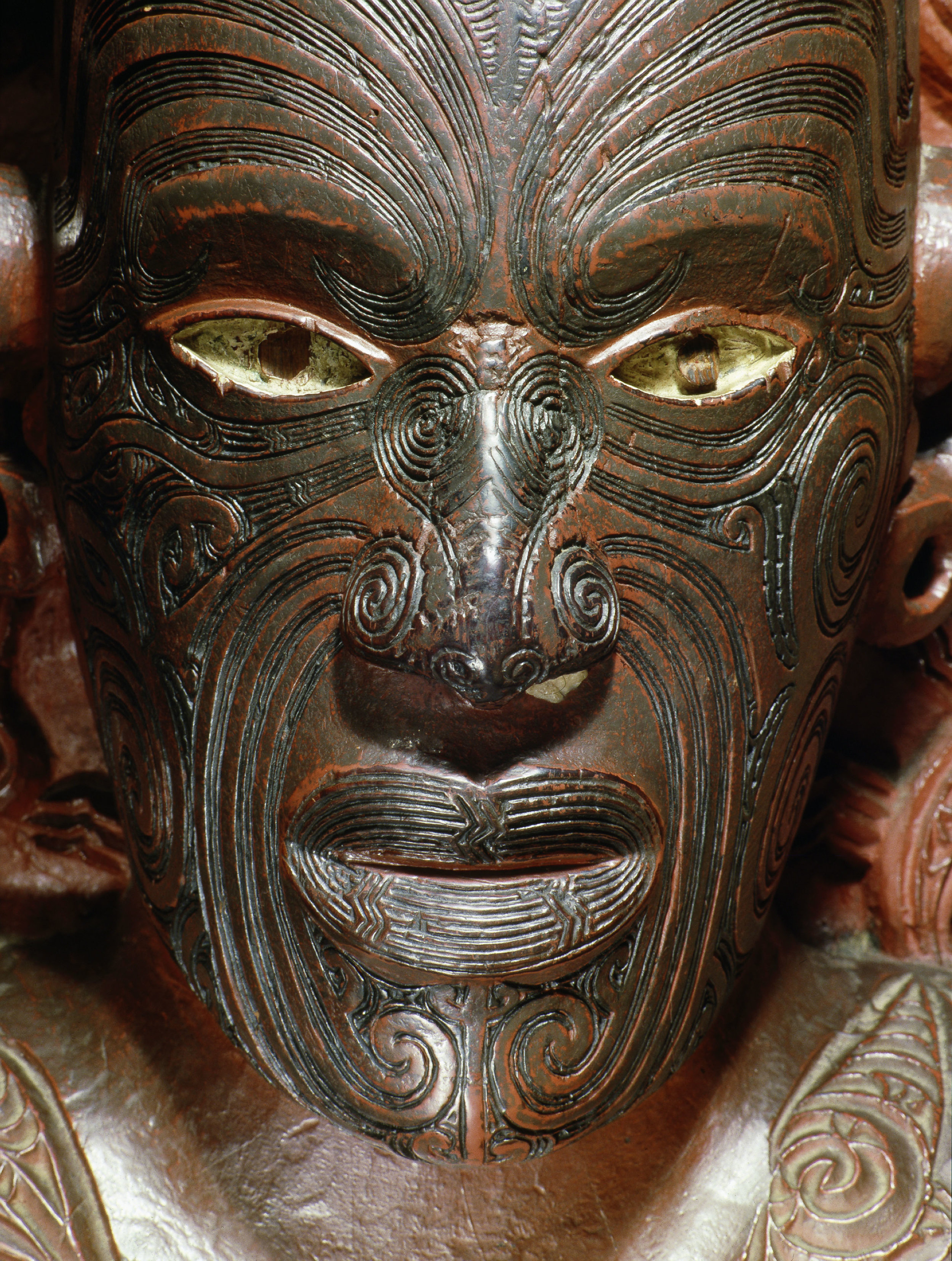 Te Hau-Ki-Turanga meeting house, built by the Ngati Kaipoho tribe in 1842. This detail is the portrait figure of Raharuhi Rukupo, the chief responsible for organizing and directing the carving of this famous meeting house. The unique arrangement of each moko or tattoo allowed the subjects of a portrait sculpture to be identified. Manutuke. | Inv. #: 55404955 © Werner Forman Archive/ National Museum of New Zealand, Wellington