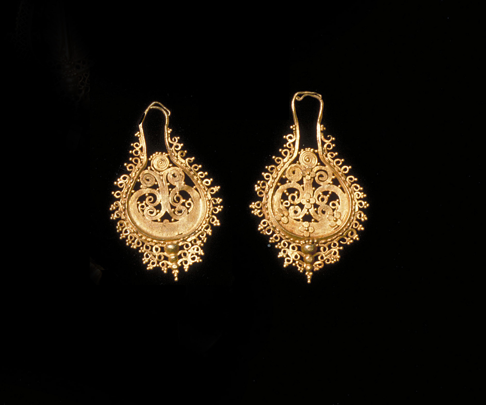 Pair of Ornate Gold Earrings | Flores © Asian Art Museum of San Francisco