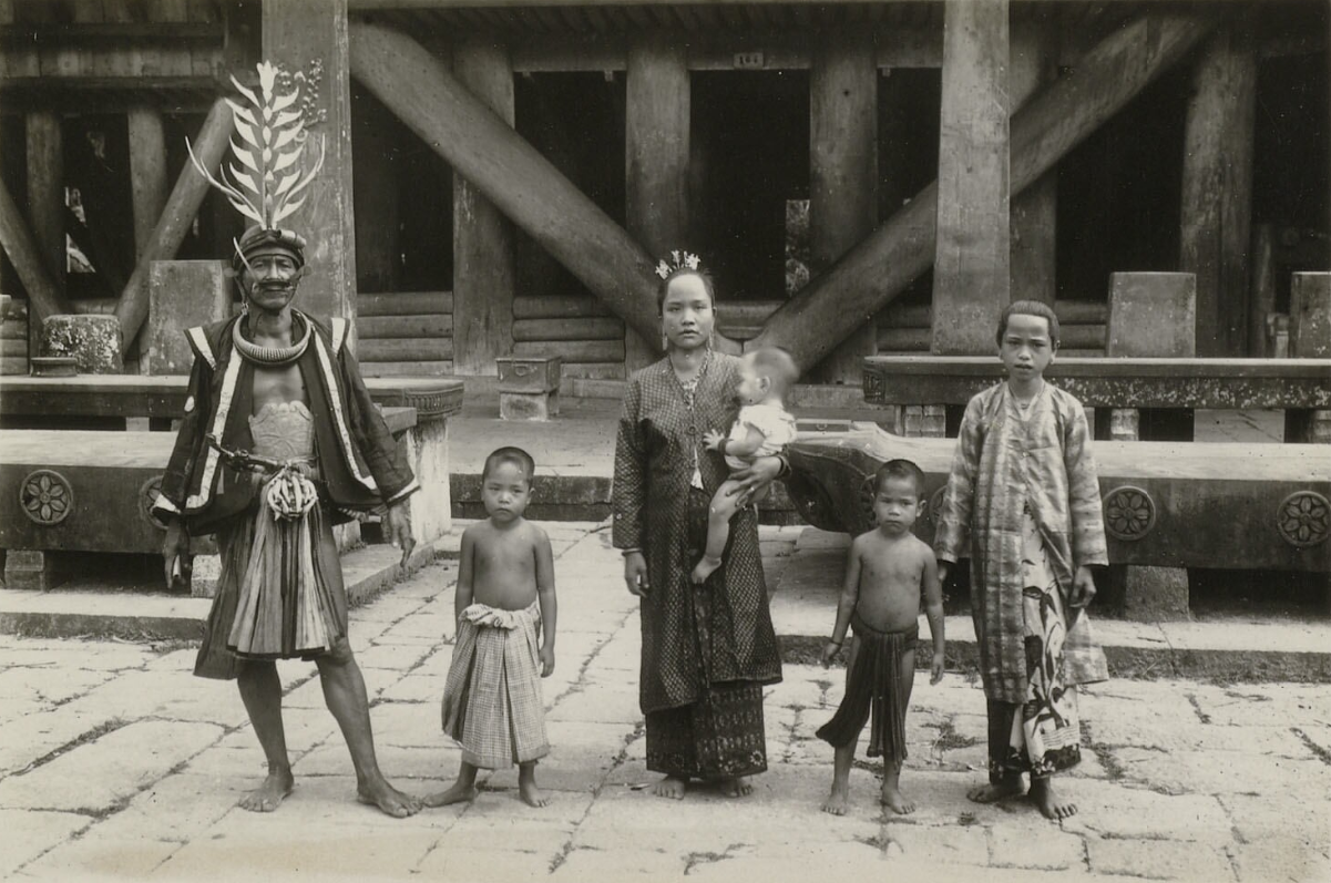 A Village Chieftan and Family | South Nias | 1906-1915 © Nationaal Museum van Wereldculturen | The Netherlands
