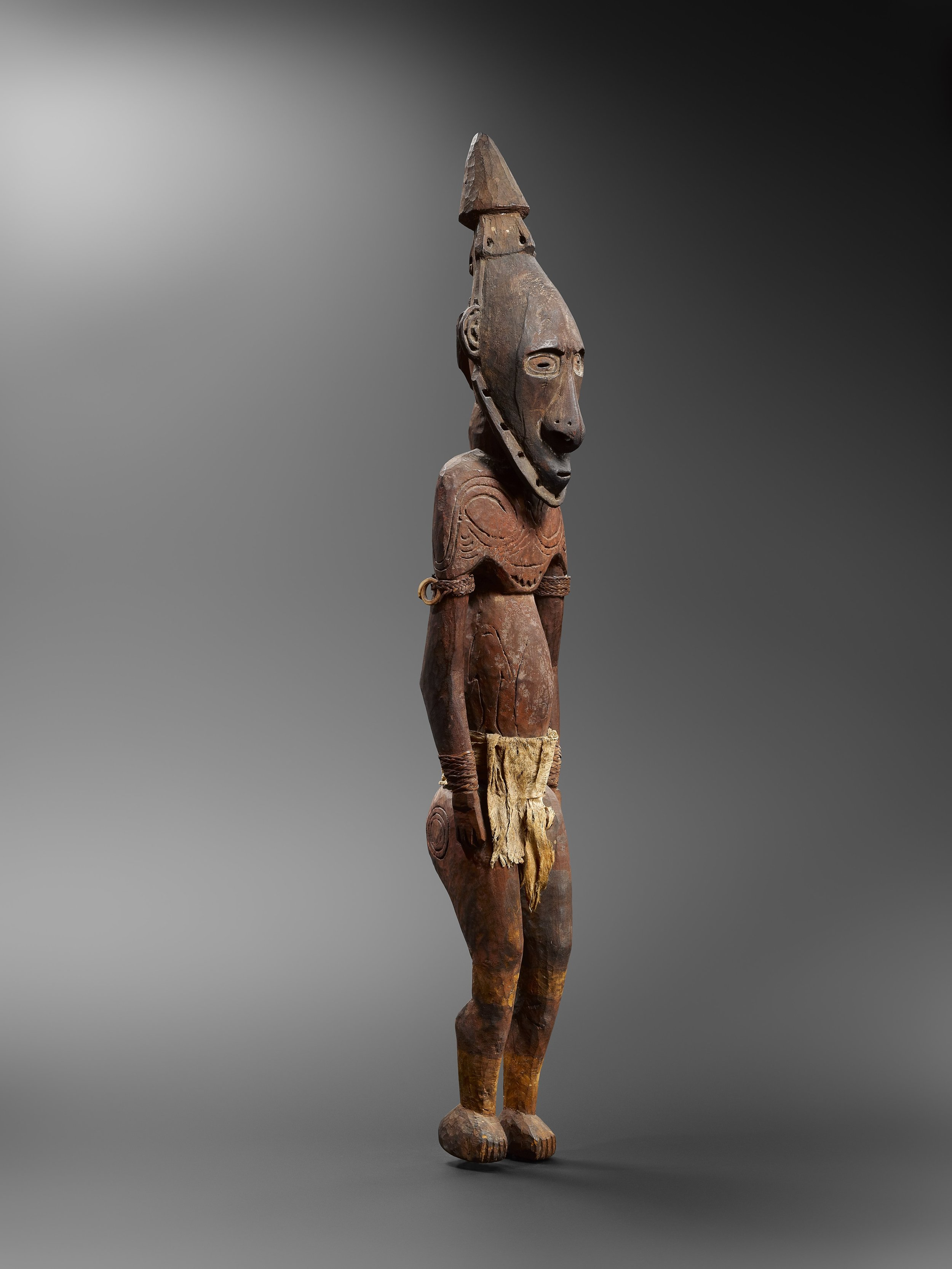 Ancestor figure,  kandimbong.  Watam or Murik Lakes. Wood, fibre, tapa, shells and pigments. 121.5 cm. Frau Zimmer, Munich. © Hugues Dubois, Brussels/Paris