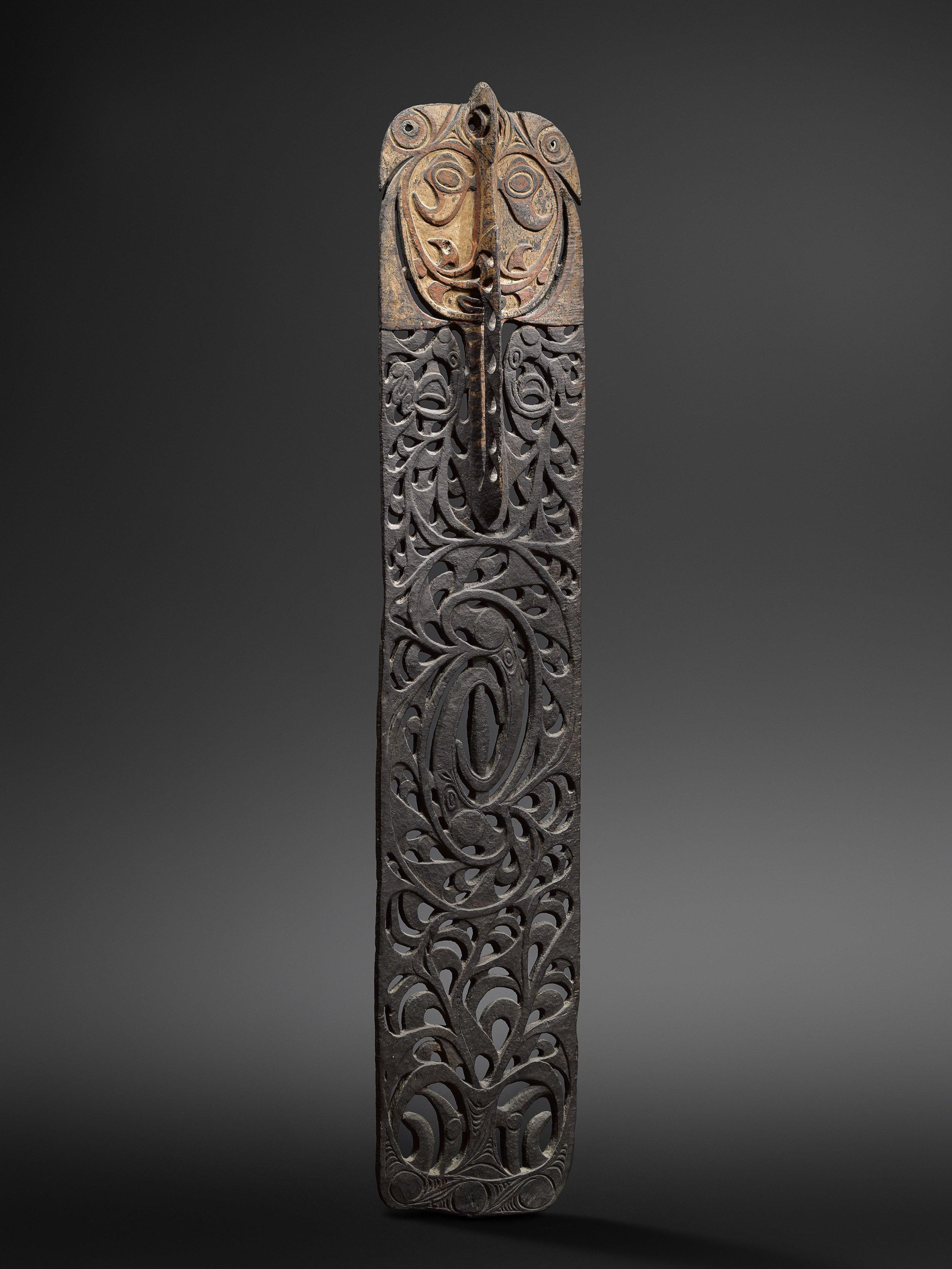 Ceremonial board,  malu.  Sawos or Iatmul. Wood and pigment. 178 cm. Alexander Kubetz, Munich. © Hugues Dubois, Brussels/Paris