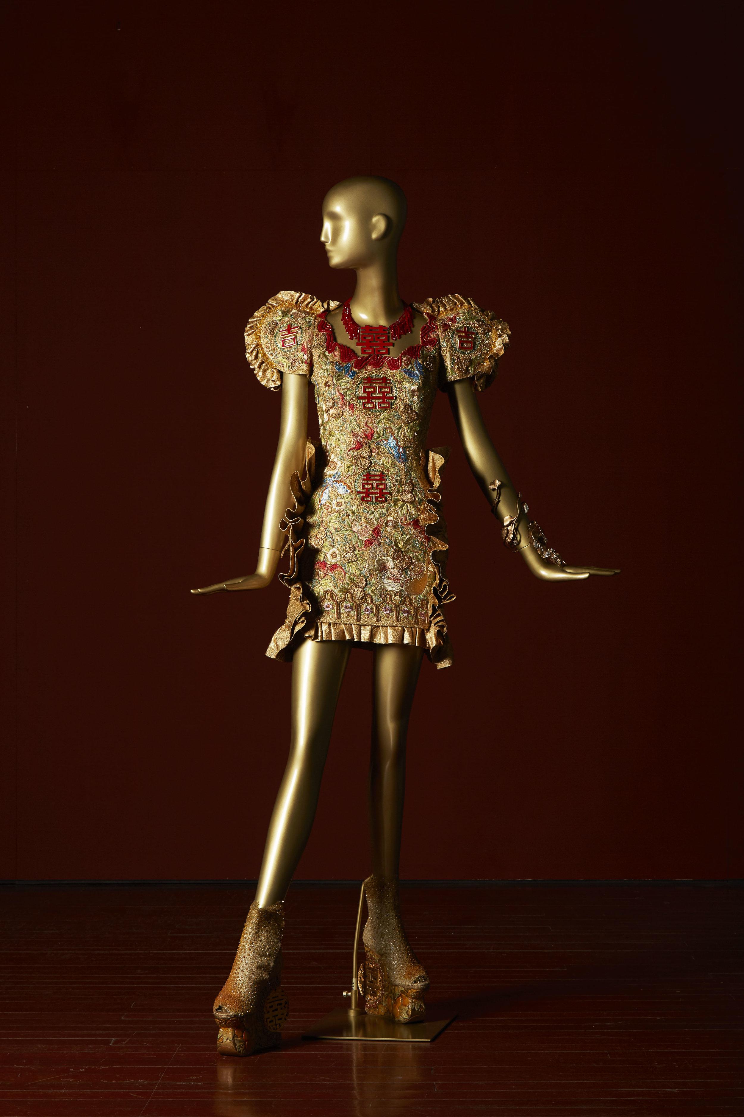 来自「龙的故事」系列  Guo Pei, Legend of the Dragon Collection China, Beijing, 2012 Silk fabric, Swarovski crystals, gold thread, silk thread, metal wire, 130 x 100 x 100 cm 3,000 hours Collection of Guo Pei Image courtesy of Asian Civilisations Museum.