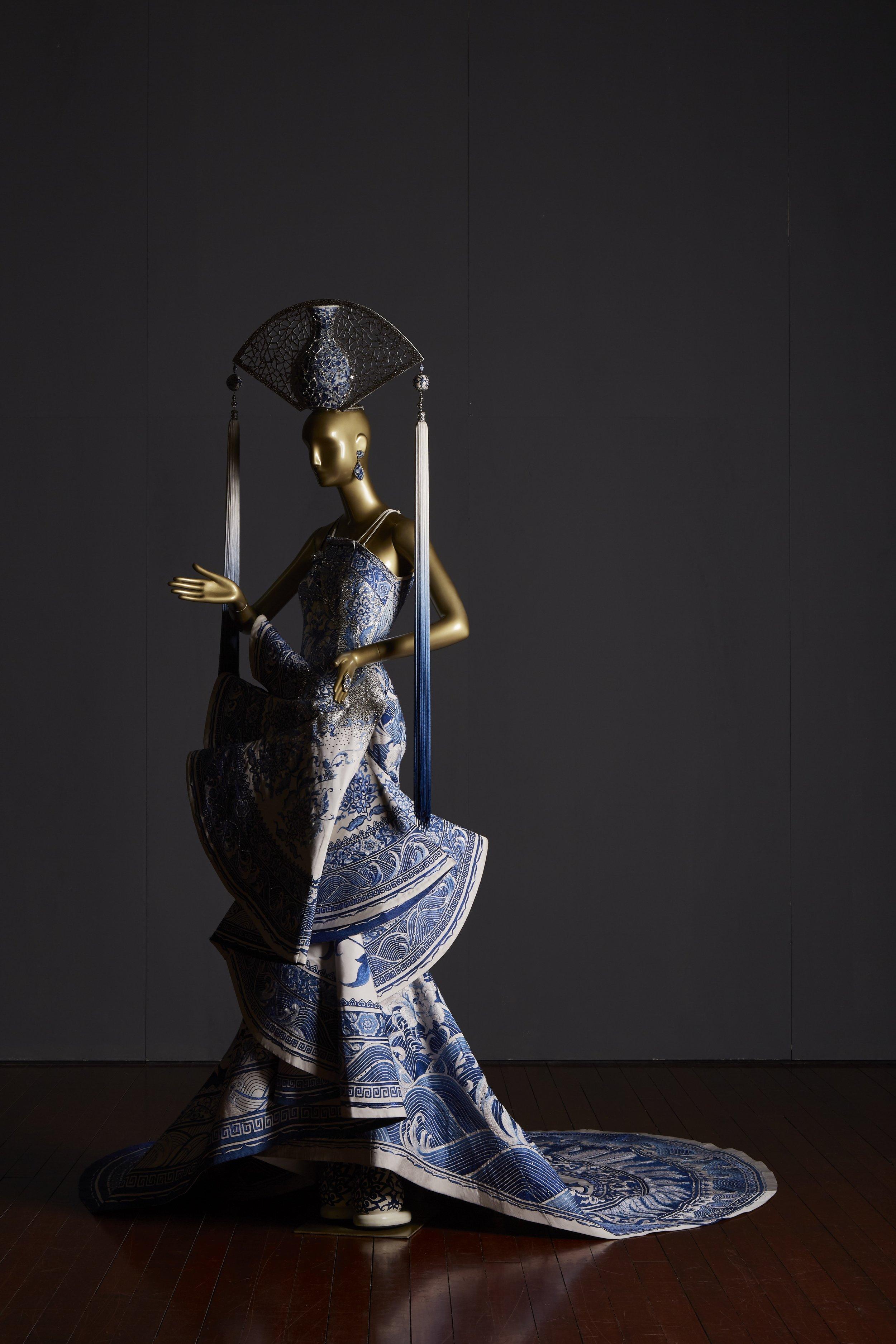 青花瓷 (Blue-and-white porcelain)  Guo Pei, One Thousand and Two Nights Collection China, Beijing, 2010 Silk, Swarovski crystals, 190 x 90 x 90 cm 8,000 hours Collection of Guo Pei Image courtesy of Asian Civilisations Museum