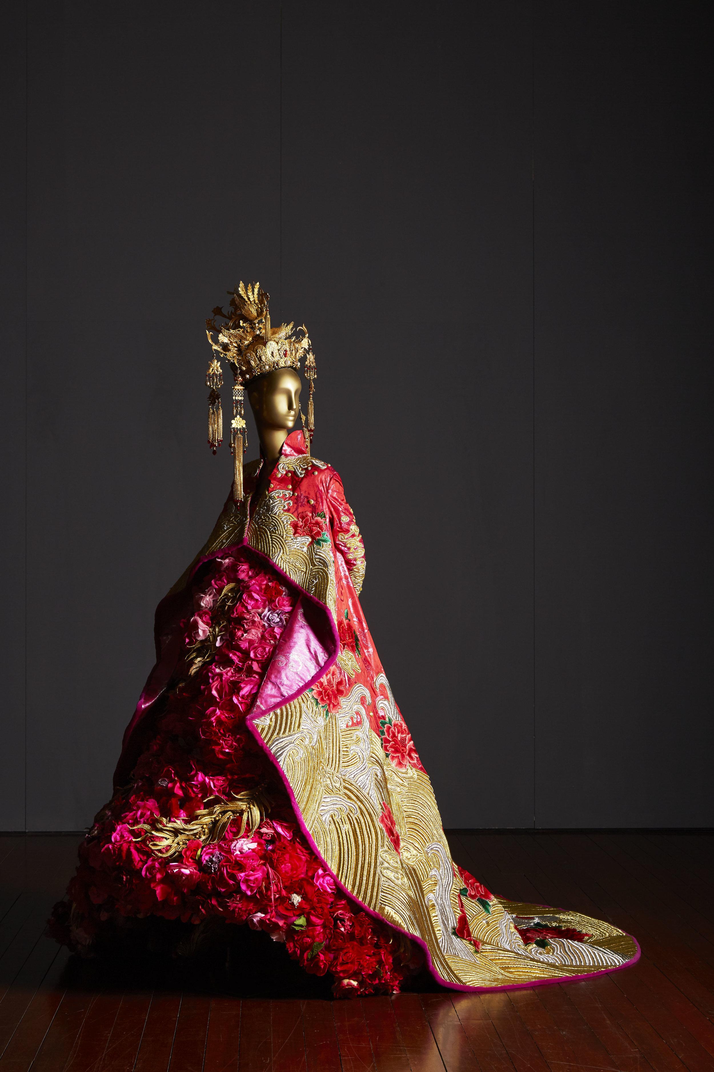 宫花 (Palace flower)  Guo Pei, Legend of the Dragon Collection China, Beijing, 2012 Silk, jacquard, silver-spun thread, gold-spun- thread, beads, Swarovski crystals, fur, silk peonies, 190 x 240 x 260 cm 10,000 hours Collection of Guo Pei Image courtesy of Asian Civilisations Museum