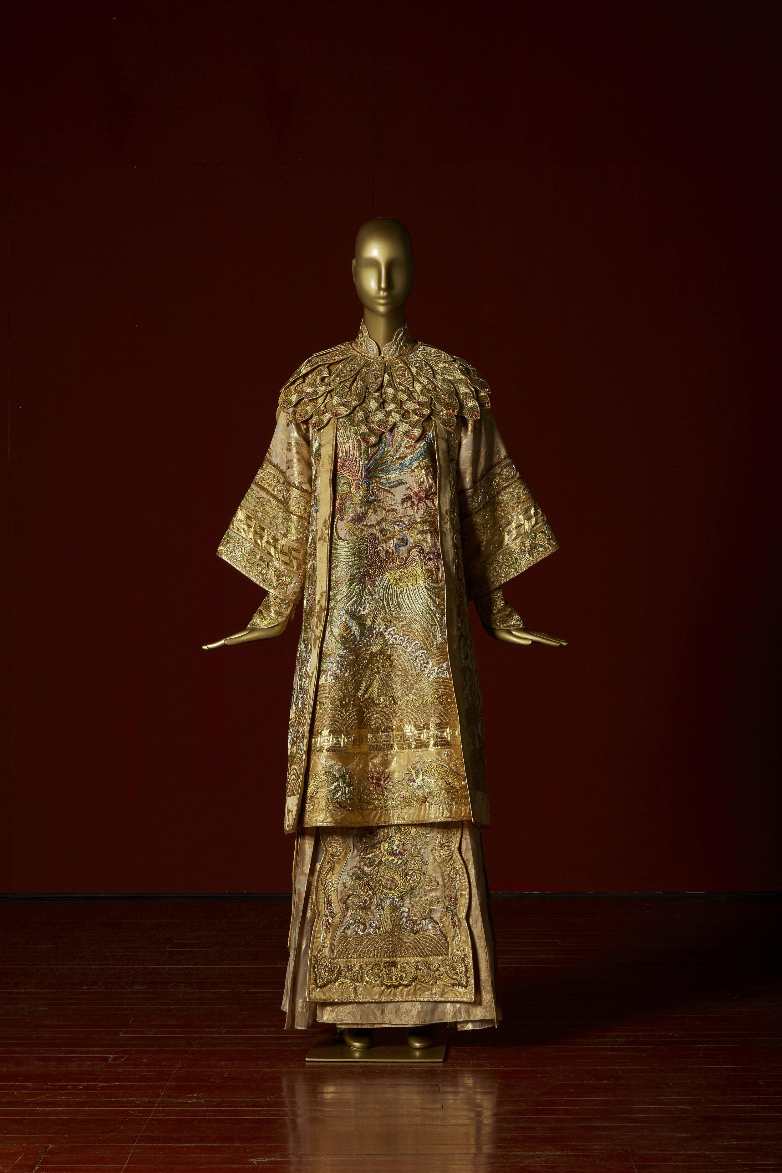 凤求凰 (Courting phoenix bridal ensemble)  Guo Pei, Chinese Bride Collection China, Beijing, 2012 Silk fabric with gold patterning in gold-spun thread, silk thread, beads 180 x 100 x 100 cm 5,000 hours Collection of Guo Pei Image courtesy of Asian Civilisations Museum