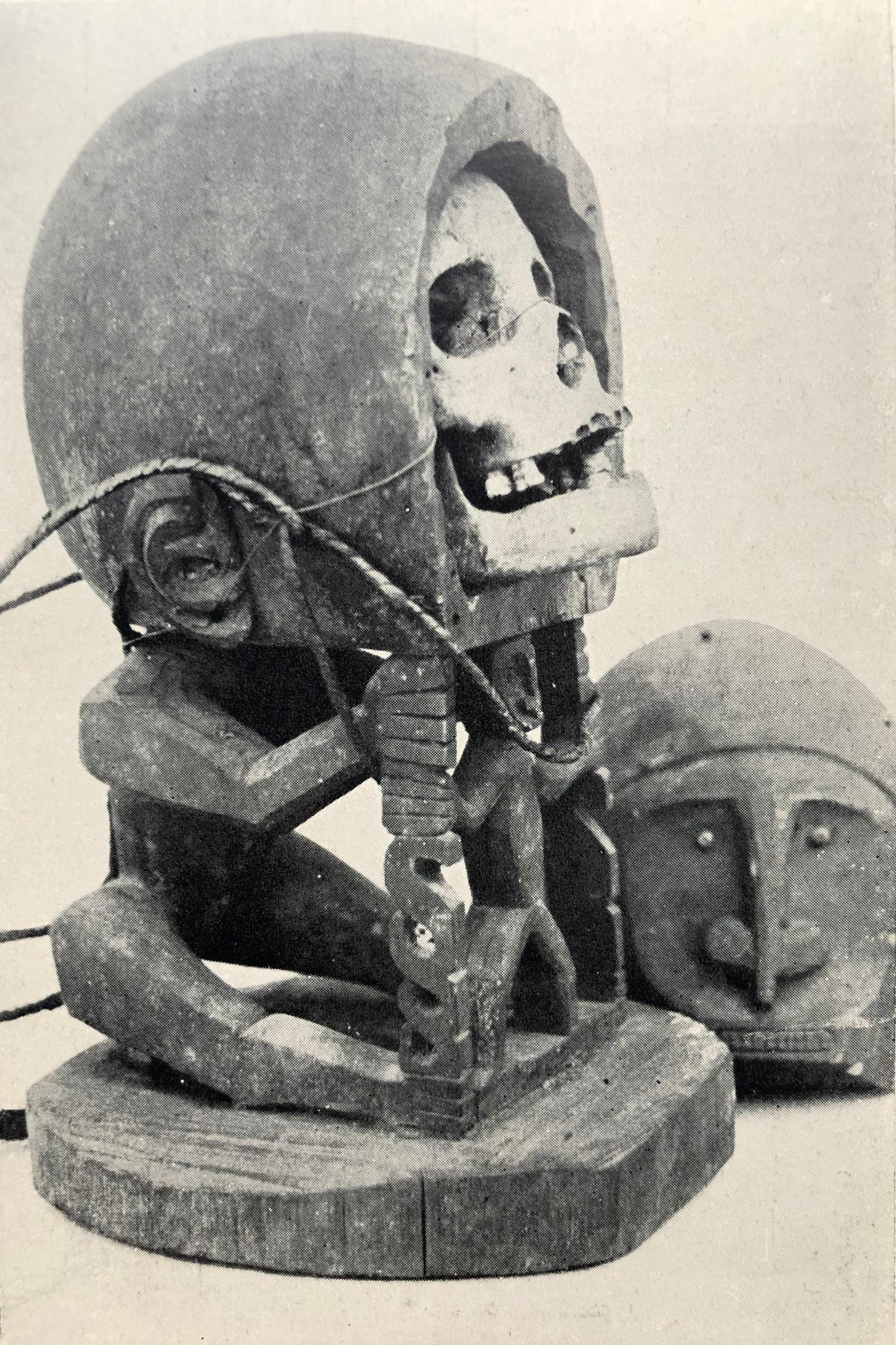 In  c. 1910, the Museum van het Koninklijk Bataviaasch Genootschap van Kunsten en Wetenschappen in Batavia (now the Museum Nasional, Jakarta) published this skull korwar (h.  c .50 cm), which presumably hails from the Schouten Islands, on a picture postcard.