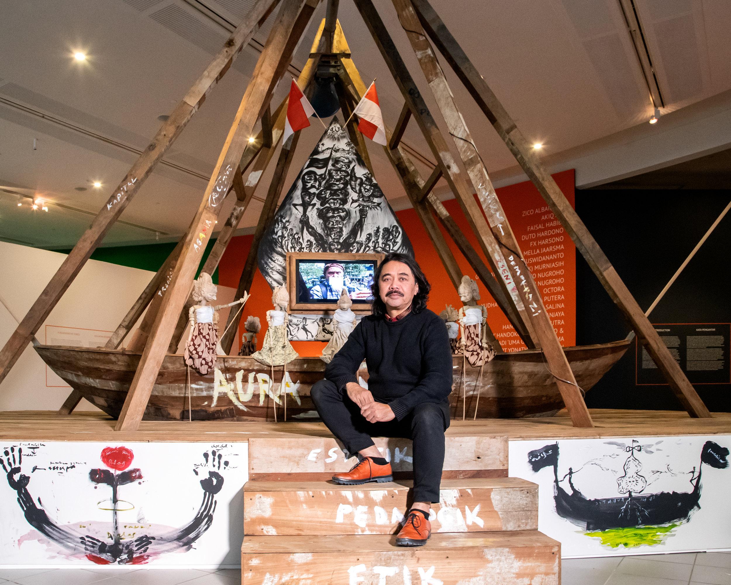Artist  Tisna Sanjaya  with his work  (Seni penjernih dialog (Art as purifying dialogue)  (2019)