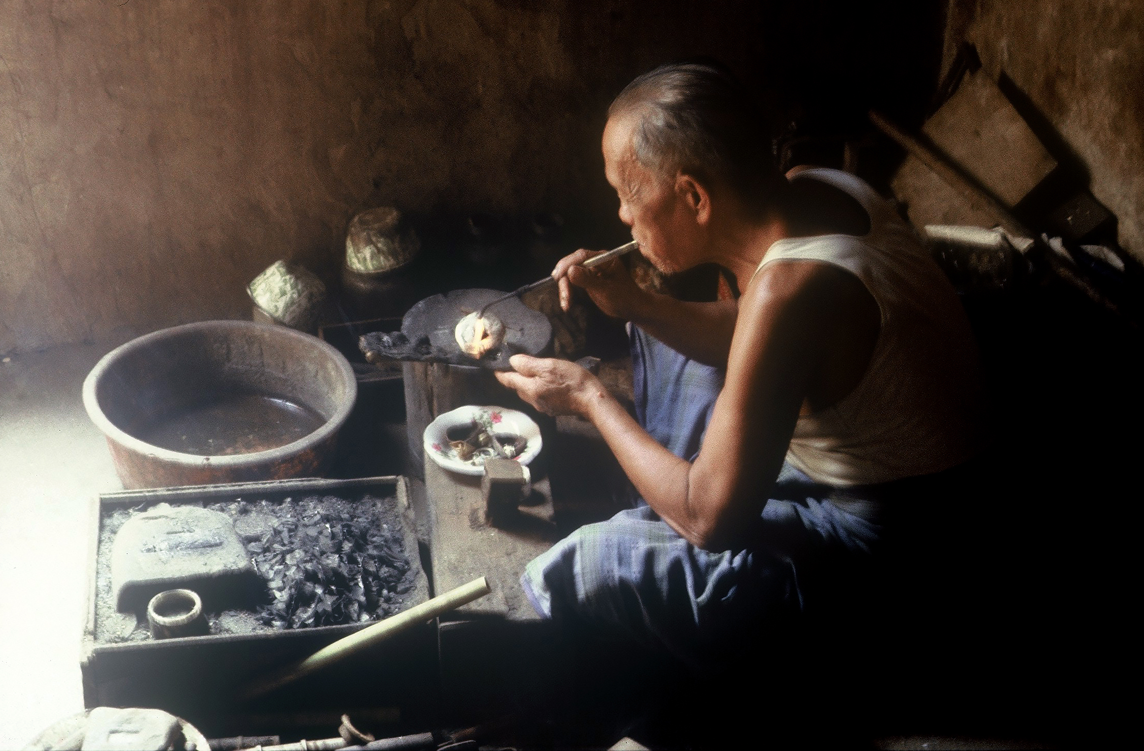 A goldsmith of aristocratic descent from the village Hiliganuha, South Nias, still working much the same as his predecessors did hundreds of years ago. (Photograph Maggie de Moor, 1985)
