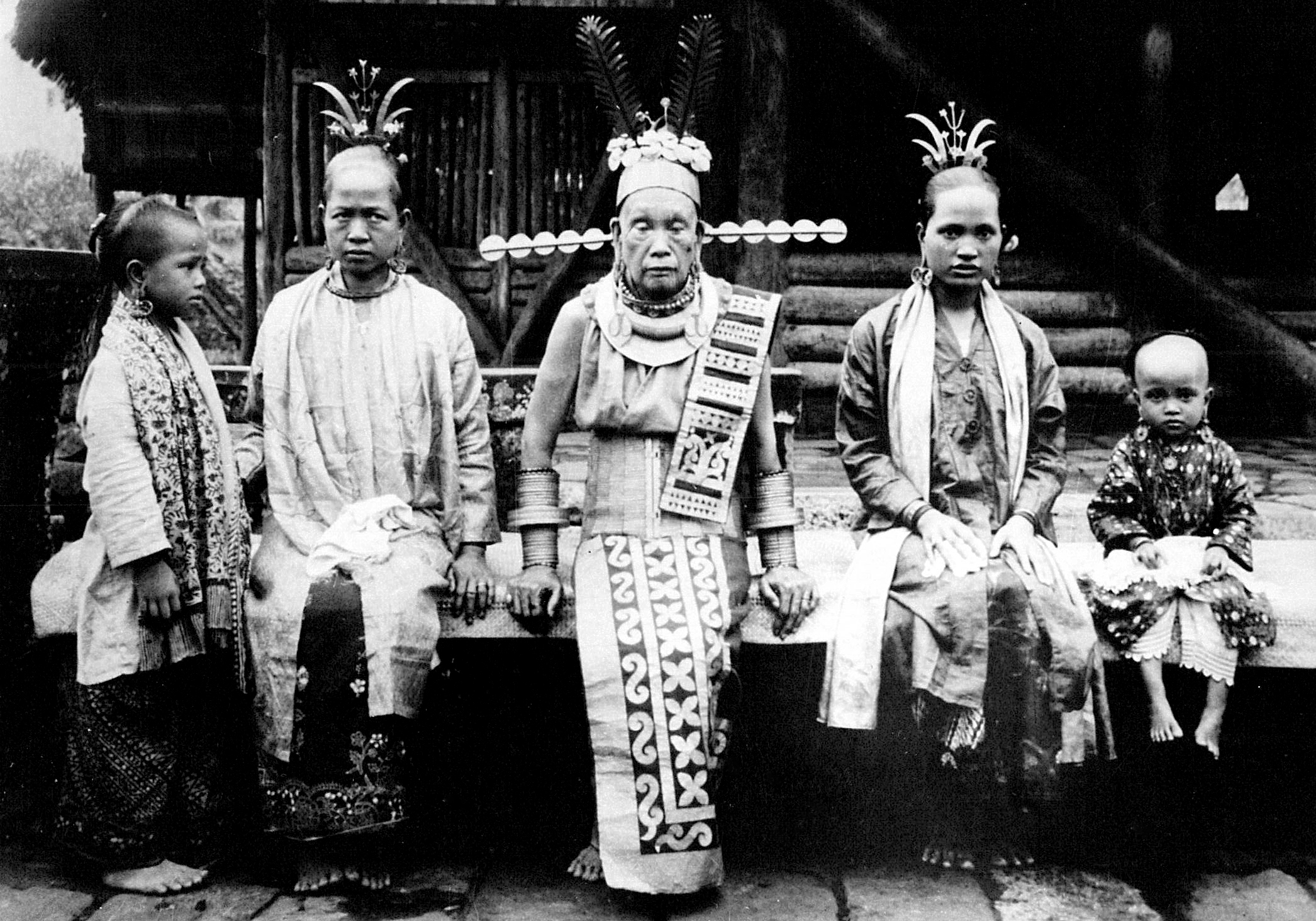 Aristocratic lady of Hilisimaetano with her daughters and granddaughters, South Nias. (Photograph C.B. Nieuwenhuis ca. 1915.)