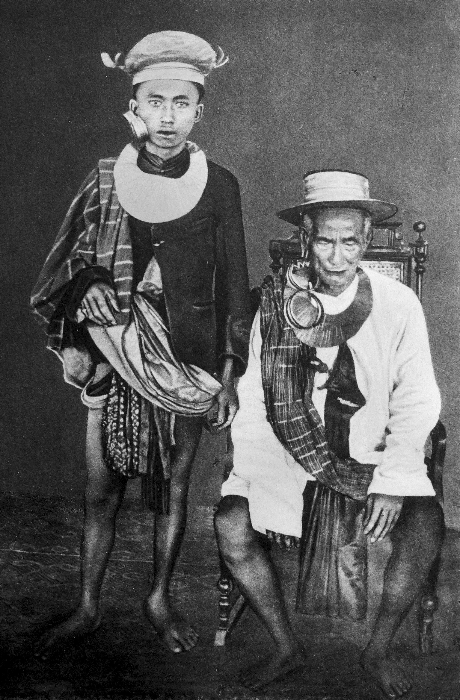 Chief of Tugàla-Ojo and his son, wearing gold head ornaments, earrings and necklaces, North Nias. (Photograph E.E.W.G. Schröder 1917)