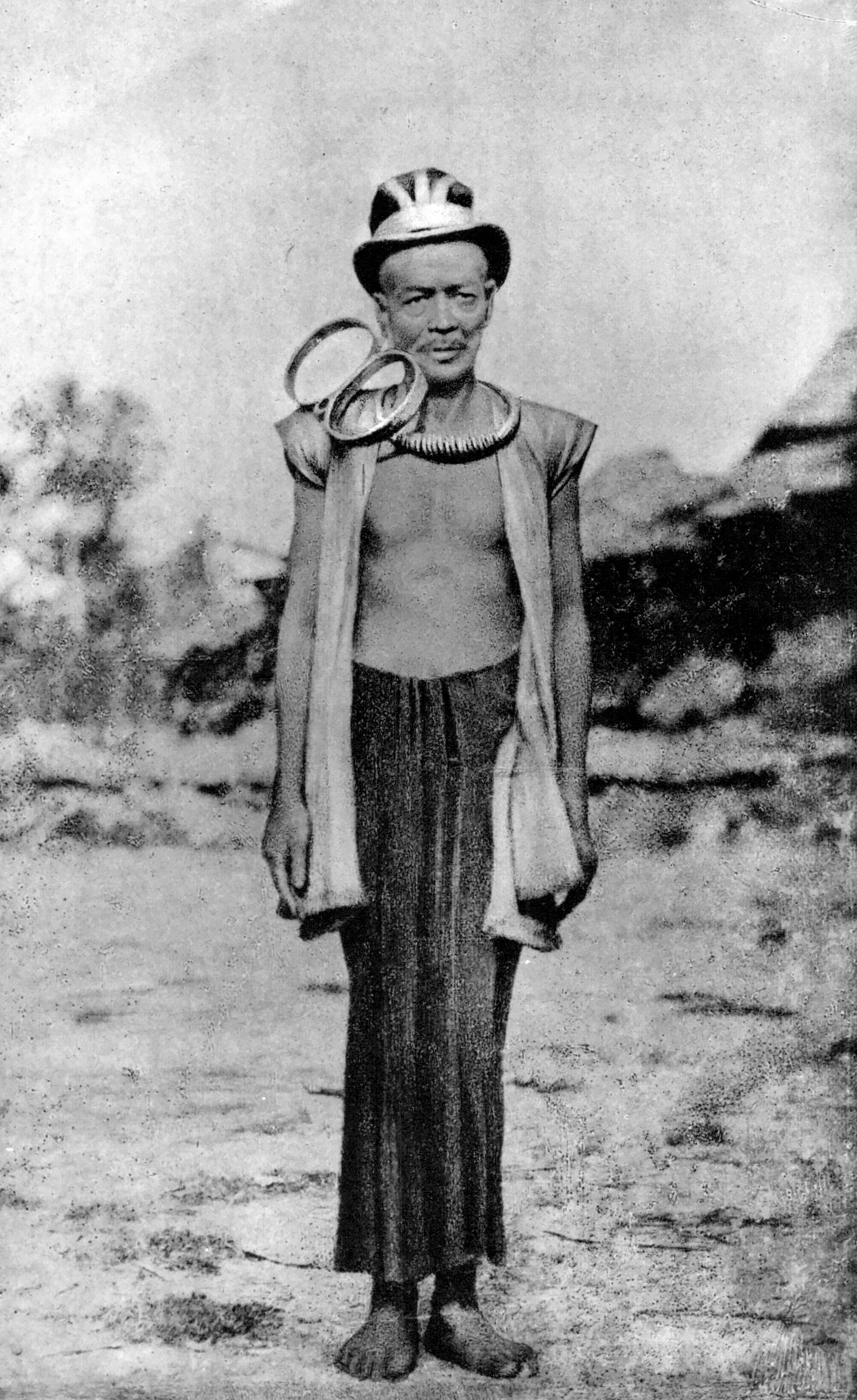 Nobleman from South Nias wearing a  nifatali  naklace and a  gaule  ear ornament. Despite its size, the ear ornament is relatively light in weight as it is fashioned o fvery thin goldsheet. (Photograph Modigliani 1890: fig.4)