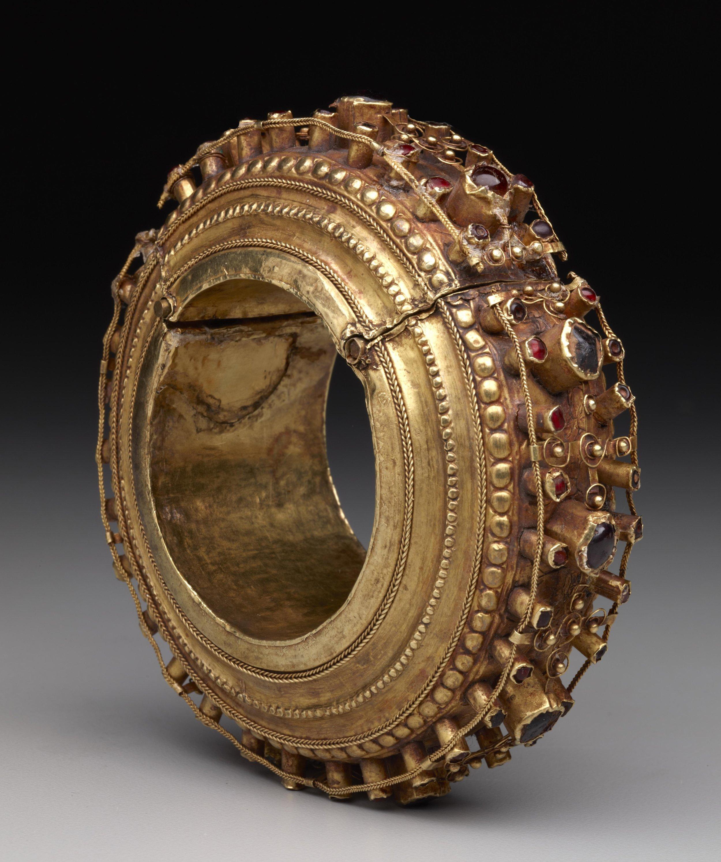Large Gold Bracelet    Komba Lola'  © The Dallas Museum of Art   Texas, USA