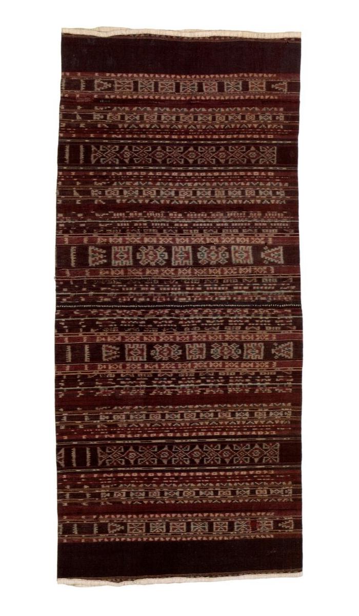 Ceremonial woman's sarong  kewatek mean  or  wate ohing . Ledobelolong or Ilé Apé, Lembata. Cotton, warp ikat. 147,5 x 66 cm. N.S. 28100.