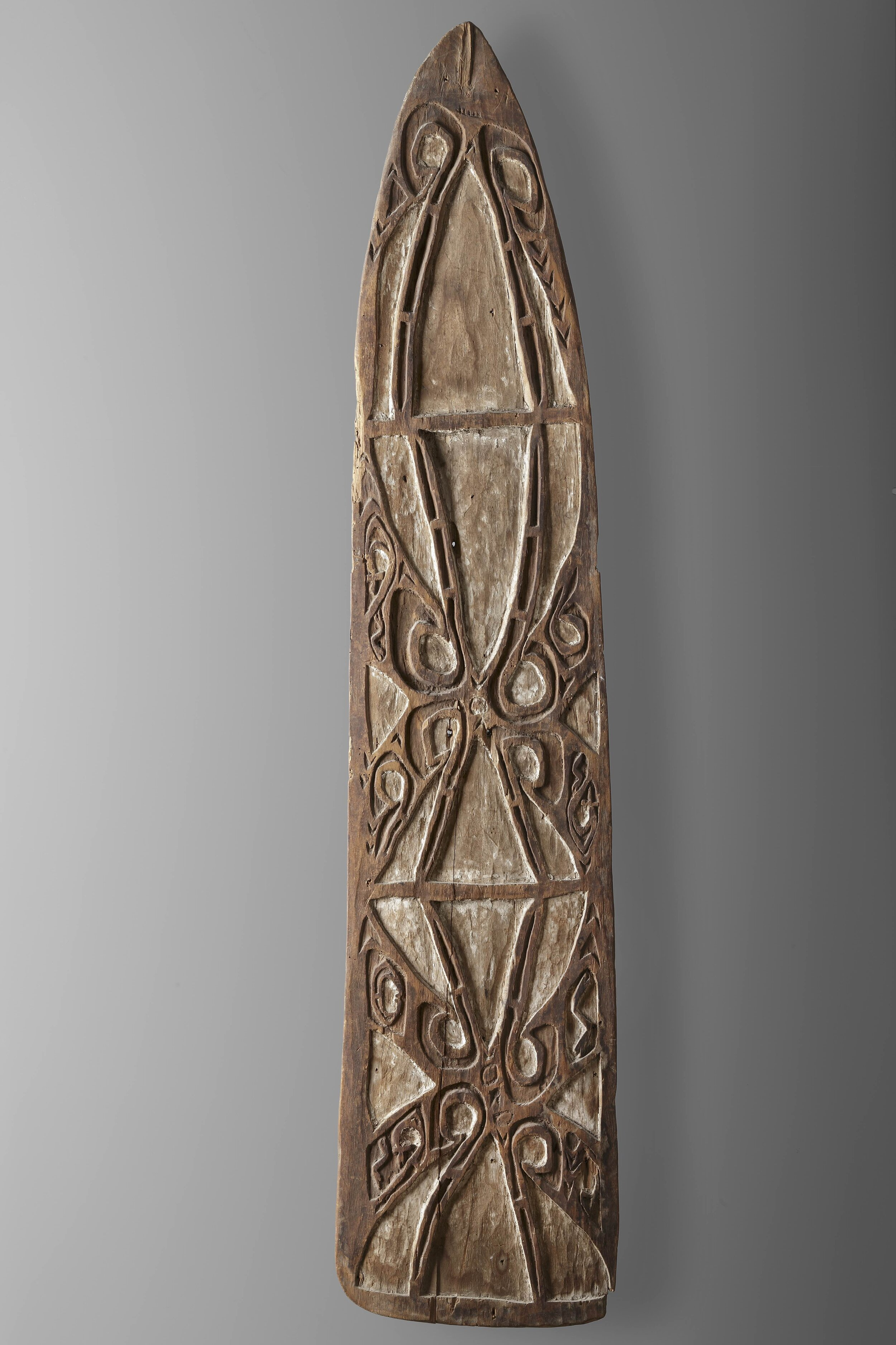 """Shield no. 20, accompanied by a document typed by the collector indicating: """"Shield with rhomboid decorations. Length: 133 cm. Greatest width: 28.5 cm. Whitewash with dark brown. Purchased from the MSC mission house in 1950. Collected by Father Viegen ... Noordwest River?"""" Private collection. Photo: Jan van Esch"""