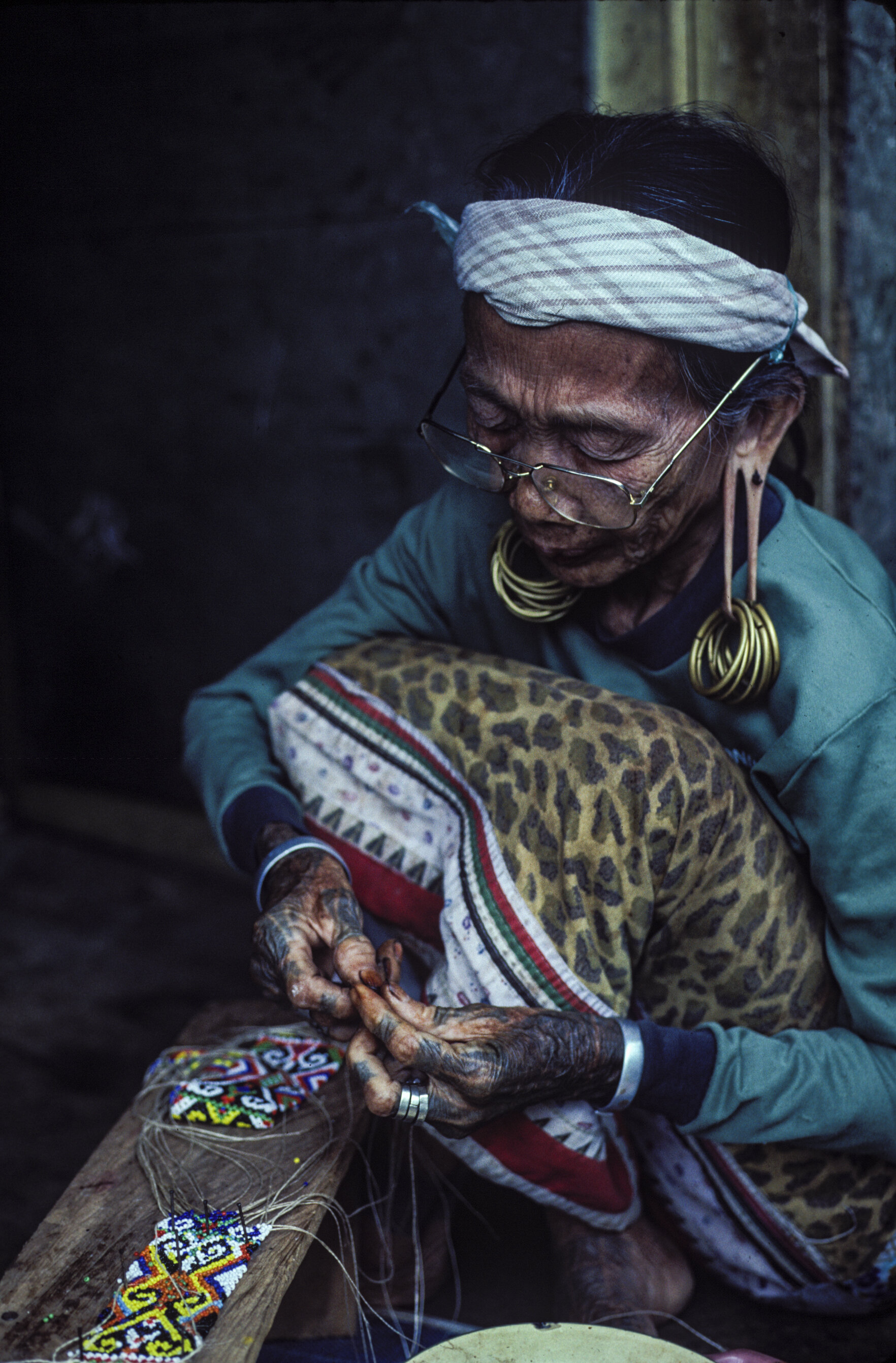An Aoheng Dayak woman works on a beaded piece in the upper Mahakam village of Long Apari, at the time the last proper village before the headwaters of the river. © Rio Helmi