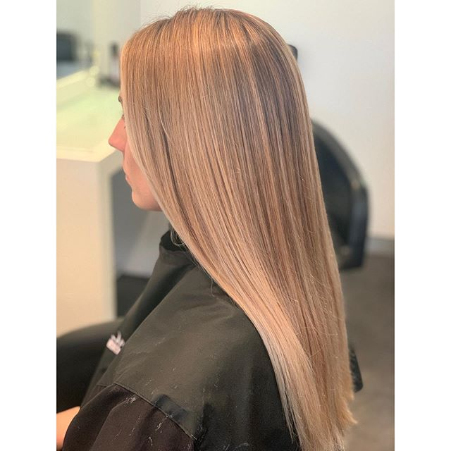 Beautiful Pearly blonde 👱‍♀️ . . #blonde #blondehair #highlights #babylights #weave #balayage #balayagehair #foilingtechnique #foilayage #bestblonde #pureology #pureologyshampoo #lorealprofessionnel #lorealsmartbond #haircolour #haircolourist #frenchsforest #northenbeacheshairdressers #sydney #australiahairdresser #curehairdressing