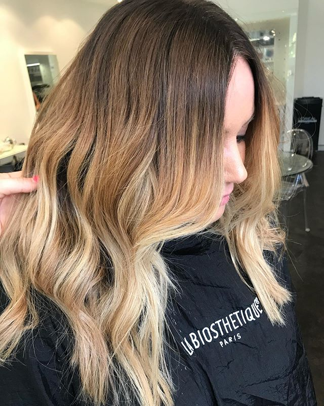 Summer is nearly here,nothing better than a fresh balayage and beach waves ☀️ 💋 . #balayage #blondebalayage #summer #summerhair #beachwaves #ghdwaves #ghdcurls #labiosthetiqueparis #labiosthetiqueaus #haircolour #colourexperts #stylists #hairstylist #curehairdressing #weknowcolour #northenbeaches #sydneyhairdresser