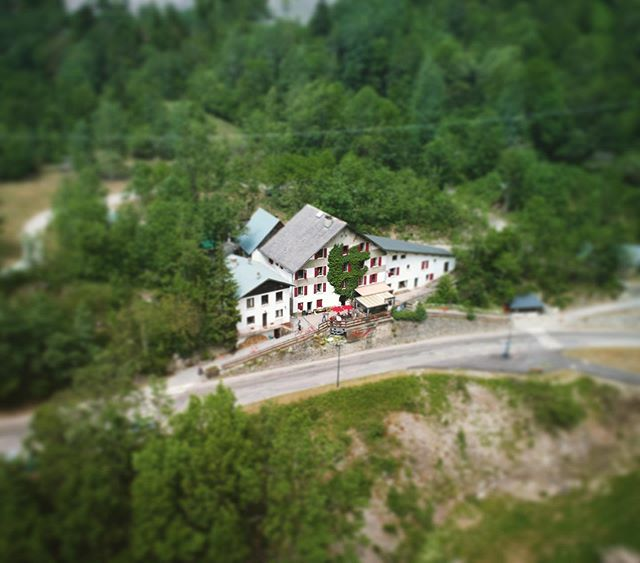 Birds eye view of the hotel! #cyclinglife #alpes #cycling #alpedhuez #dronephotography #drone