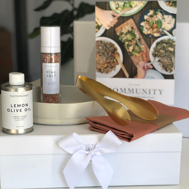 Spring is finally headed our way. 🌸  This beautiful salad bundle is the perfect settlement gift for Spring/Summer. ☀️ Click the link in bio & we can create your own custom bundle for your clients. ☝🏻 #stylebundle