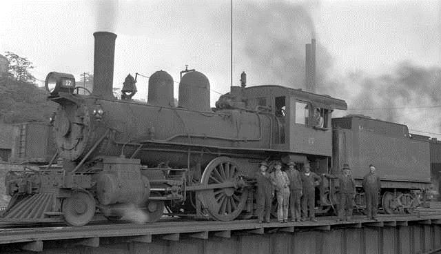 CL&N #17 resting on a turntable while the crew poses for a photograph