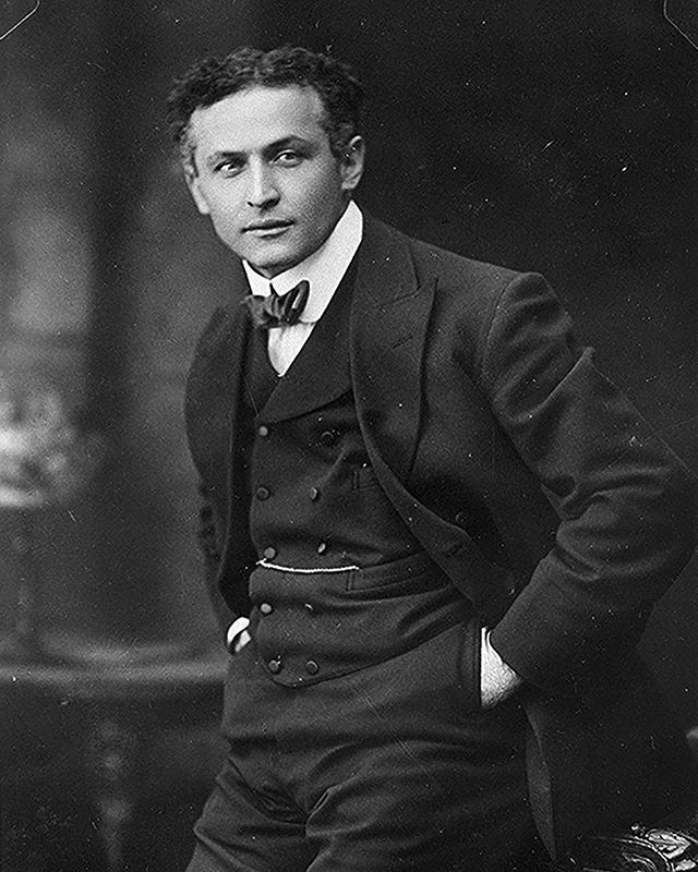 🎃 Halloween always marks the death of a man considered the best magician of all time....Harry Houdini ⛓