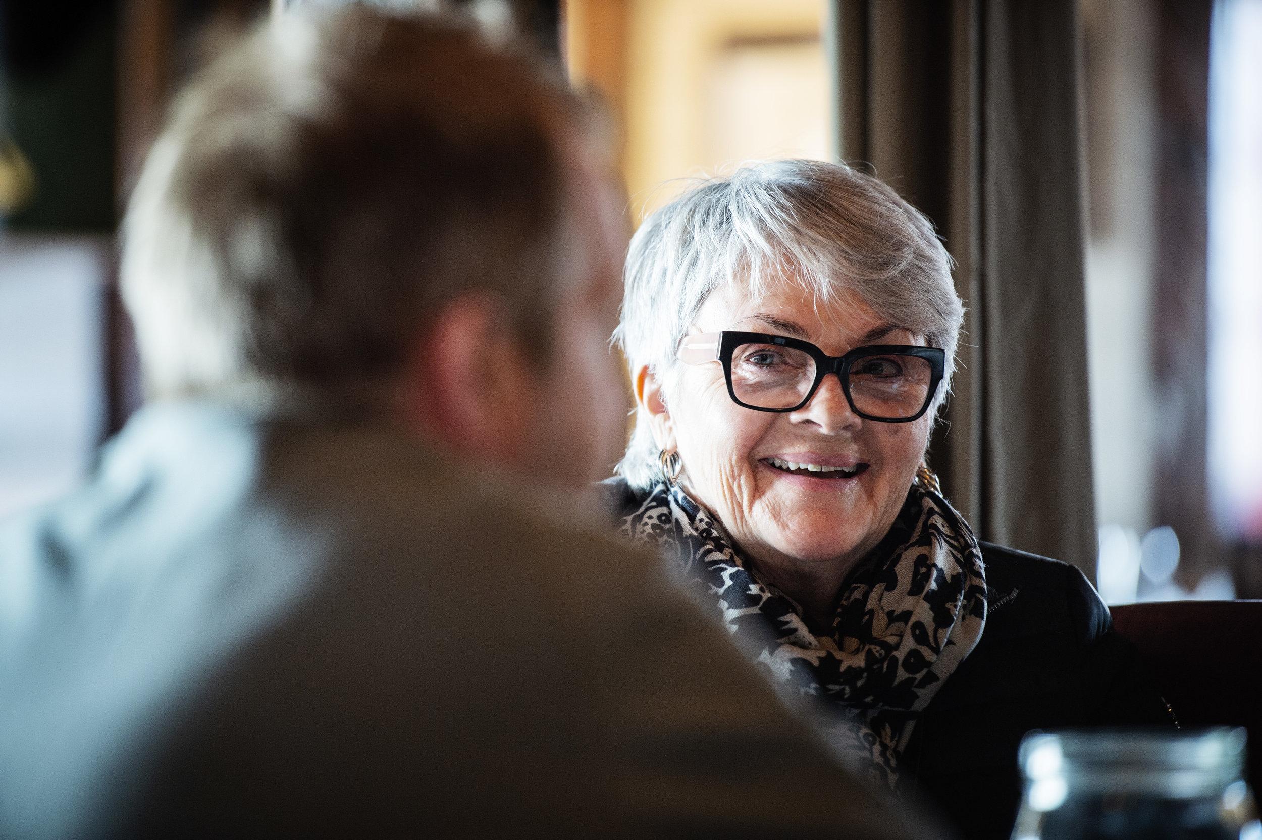Merethe Gundegjerde som jobbet som servitør i Sjøhusets spede begynnelse, har mange gode historier å trekke opp av hatten.