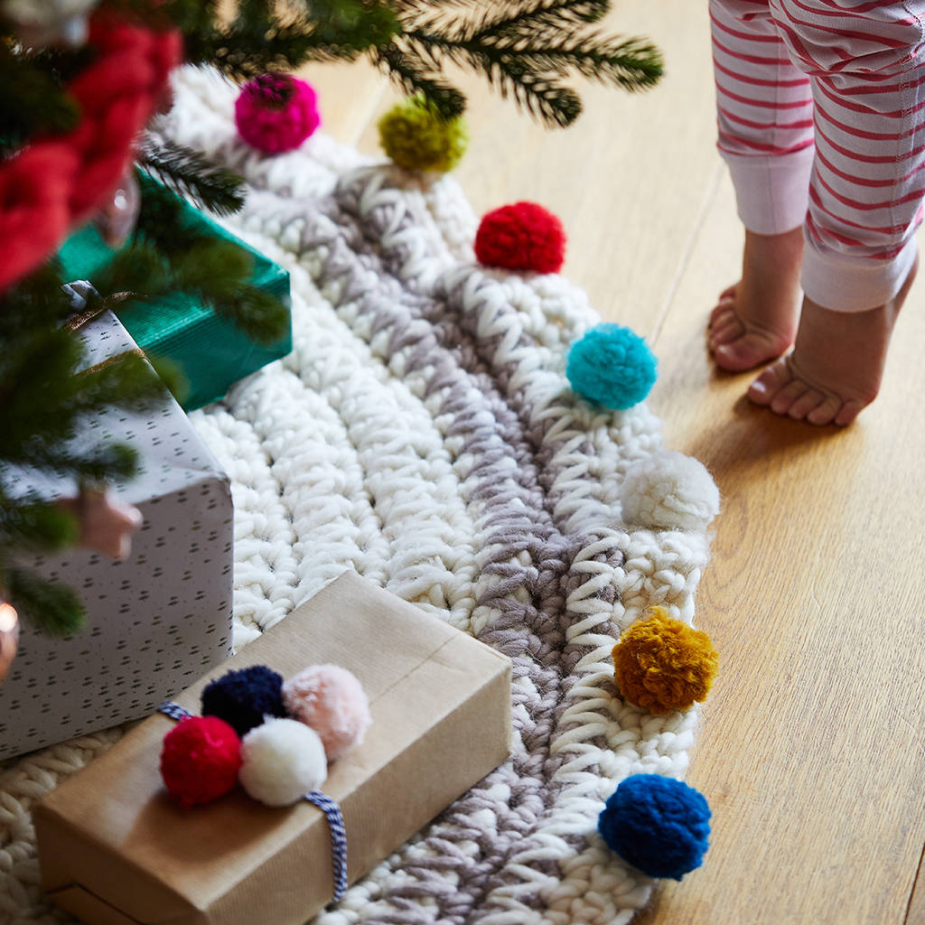 original_chunky-knit-pom-pom-tree-skirt.jpg