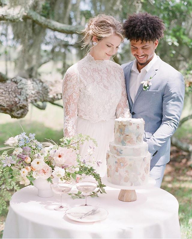 From the champagne glasses to the cake to the setting, we are loving all of the details in this dreamy styled shoot. We had so much fun out at @kiawahriverchs with an amazing group of creatives, and can't wait to share more! ⠀⠀⠀⠀⠀⠀⠀⠀⠀⠀⠀⠀⠀⠀⠀ 📸: @thehappybloom