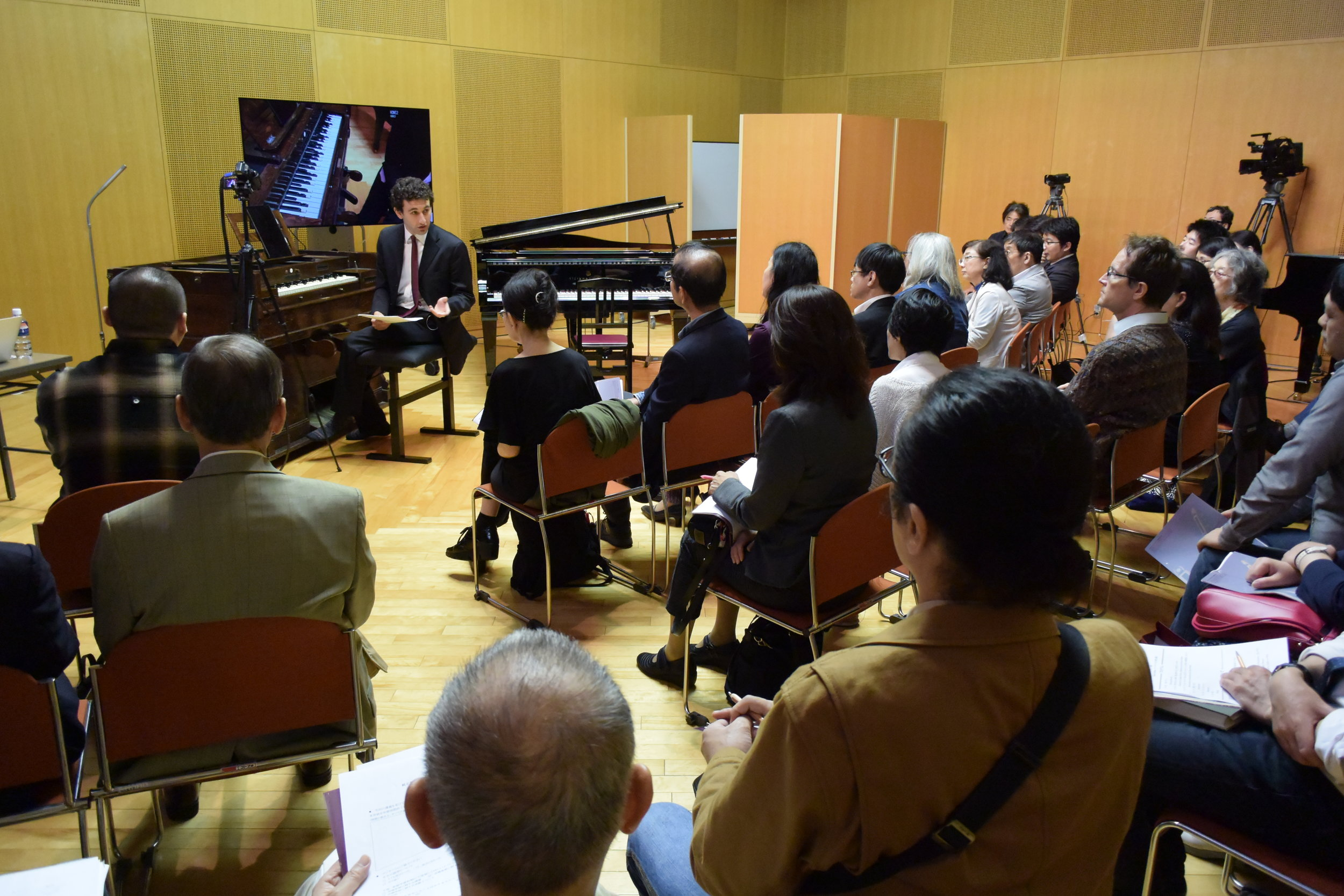 Presenting Tanaka's enharmonium at the workshop and lecture-recital with Dr. Tanaka Tasuku at Kunitachi College of Music on September 29, 2018.