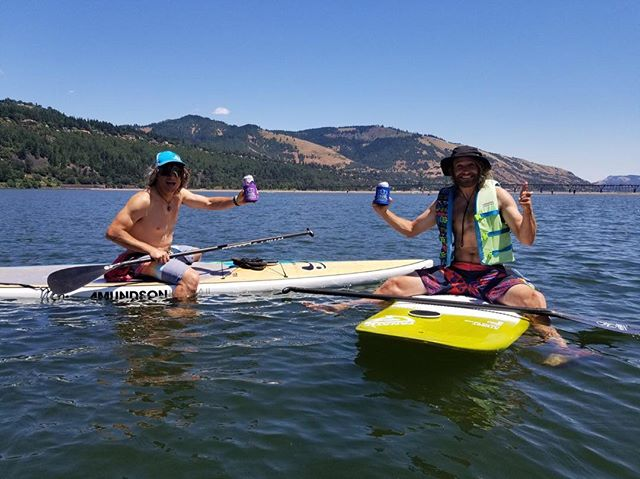 It's gonna be a hot one today 🔥 boards out, drinks up - keep your bevy cool and close with @supbuddy! 🍻 . . . #neverpaddlealone #alwaysbringyoursupbuddy #supbuddy #isup #sundayfunday #columbiarivergorge #hoodriver #oregon #sup #standuppaddle #cheers