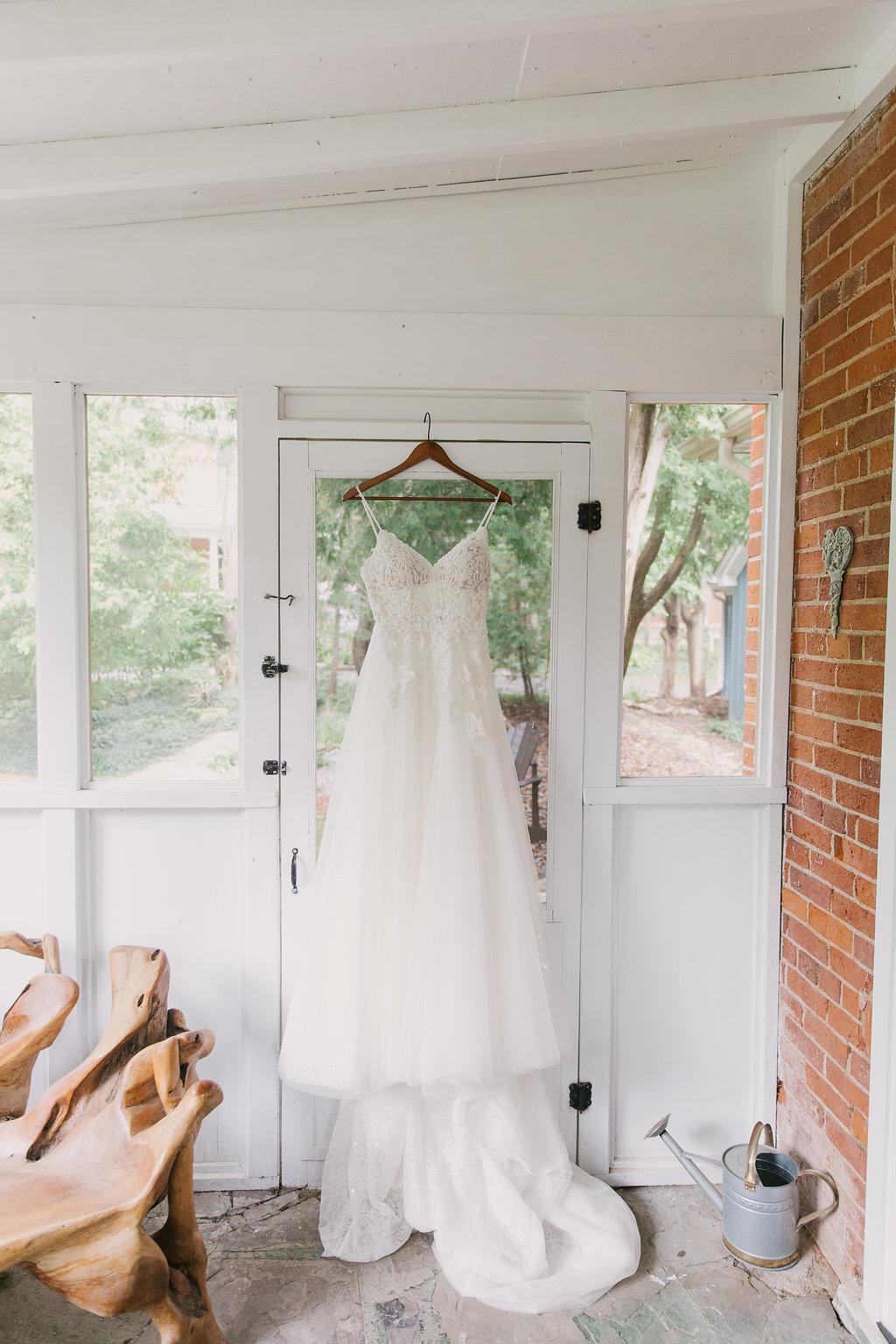 Cottage Wedding Dress Shot | spunkysapphire.com