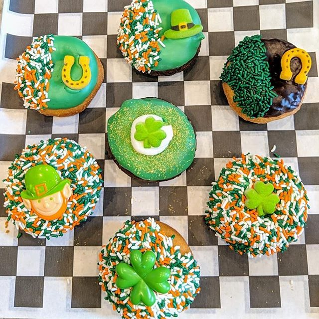 It's the luckiest weekend of the year! 🍀• • • #stpatricksday #donuts #donutsofinstagram #bergencountyeats #njeats #northjerseyeats #njfood #bergencounty #cheatday #cheatdayeats #luckoftheirish #lucky #desserttable #kissmeimirish