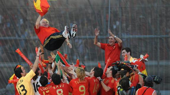 Aragones being celebrated by the Spanish squad.
