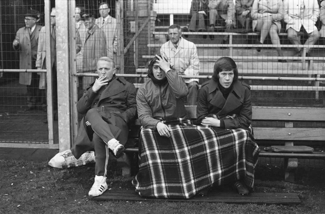 Kovacs takes a cigarette break with Cruyff.
