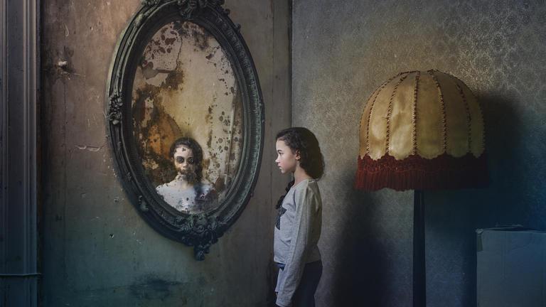 Florie prêtera sa voix à l'adaptation française de Coraline à l'Opéra de Lille en novembre prochain - Près d'un siècle et demi après la célèbre Alice, l'Angleterre a conquis le monde avec une nouvelle héroïne enfantine : Coraline. Mais là où Alice était le jouet des événements, Coraline est une moderne petite fille du xxe siècle, malicieuse et rusée, qui ne s'en laisse pas compter… même s'il s'agit d'un conte. Et c'est tant mieux, car le monde qu'elle va découvrir derrière la porte de sa maison est bien plus noir que celui des merveilles. Un autre côté du miroir où tout semble parfait, à une petite formalité près : il faudra seulement se coudre des boutons sur les yeux. Voire…Énorme succès de la littérature enfantine devenu un dessin animé populairesur grand écran, Coraline trouve aujourd'hui une nouvelle vie à l'opéra, grâce à Mark-Anthony Turnage, compositeur plébiscité par la scène britannique autant que par de grands orchestres nord-américains, et sans doute devenu le plus célèbre en son royaume. Réunissant avec bonheur inspirations classiques et jazz, modernisme et tradition, il a imaginé un opéra plein de swing, de punch et de rebondissements. C'est avec le prestigieux Royal Opera House de Londres que l'Opéra de Lille propose cette soirée familiale, un opéra grandeur nature qui offre aux plus jeunes les plaisirs d'un spectacle coloré et fastueux, drôle et grinçant… et riche en délicieuses frayeurs. (Source: Opéra de Lille)Obtenir des billets ici15.05.2018