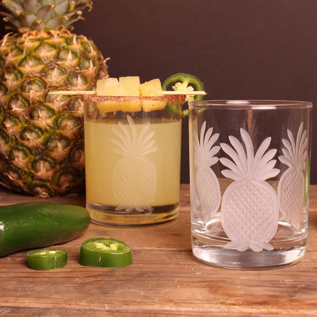 Happy Friday! These etched glasses are perfect for incentive reward trip gifts. Hawaii anyone!? #incentivetravel #incentiveprogram #rewardtravel #hawaiilife #incentivegifts #incentivetrip #corporateevents #pineapplegifts #pineapple #barware #etchedglass #workinggoodsrolfglass