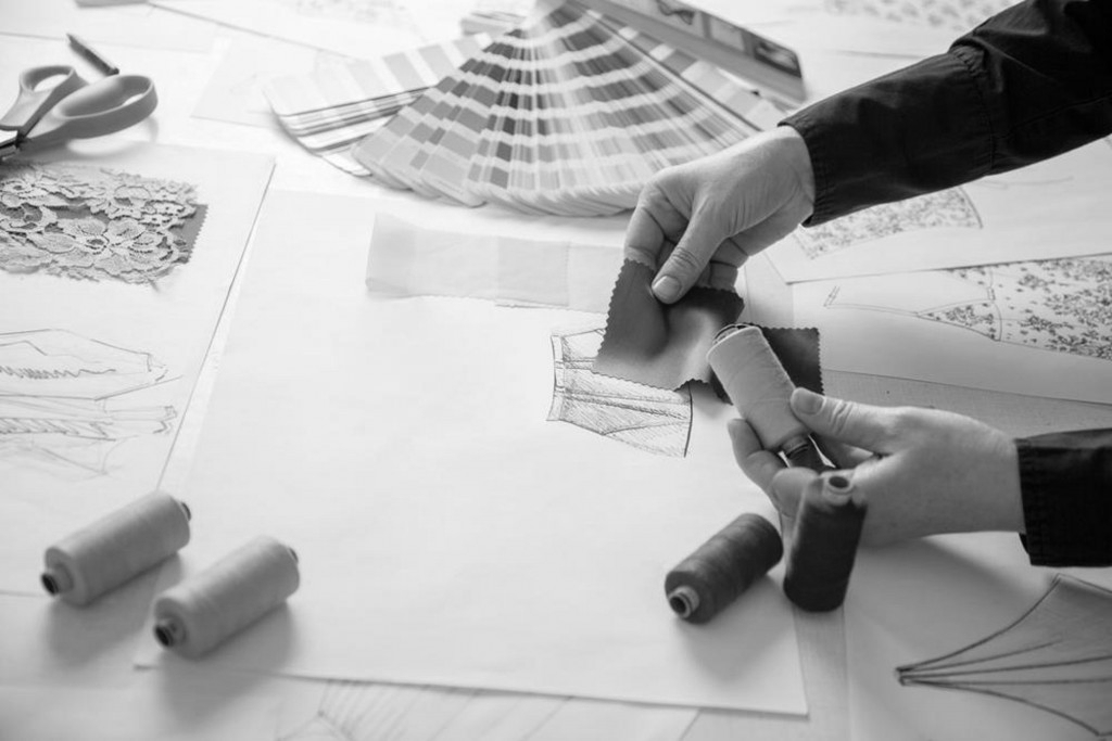La création - Une fois que le dessin est fini et mis à plat, je le propose à un eCollaber (Artisan, créateur) nous travaillons ensemble sur les détails et matières, et il y apporte son savoir faire.
